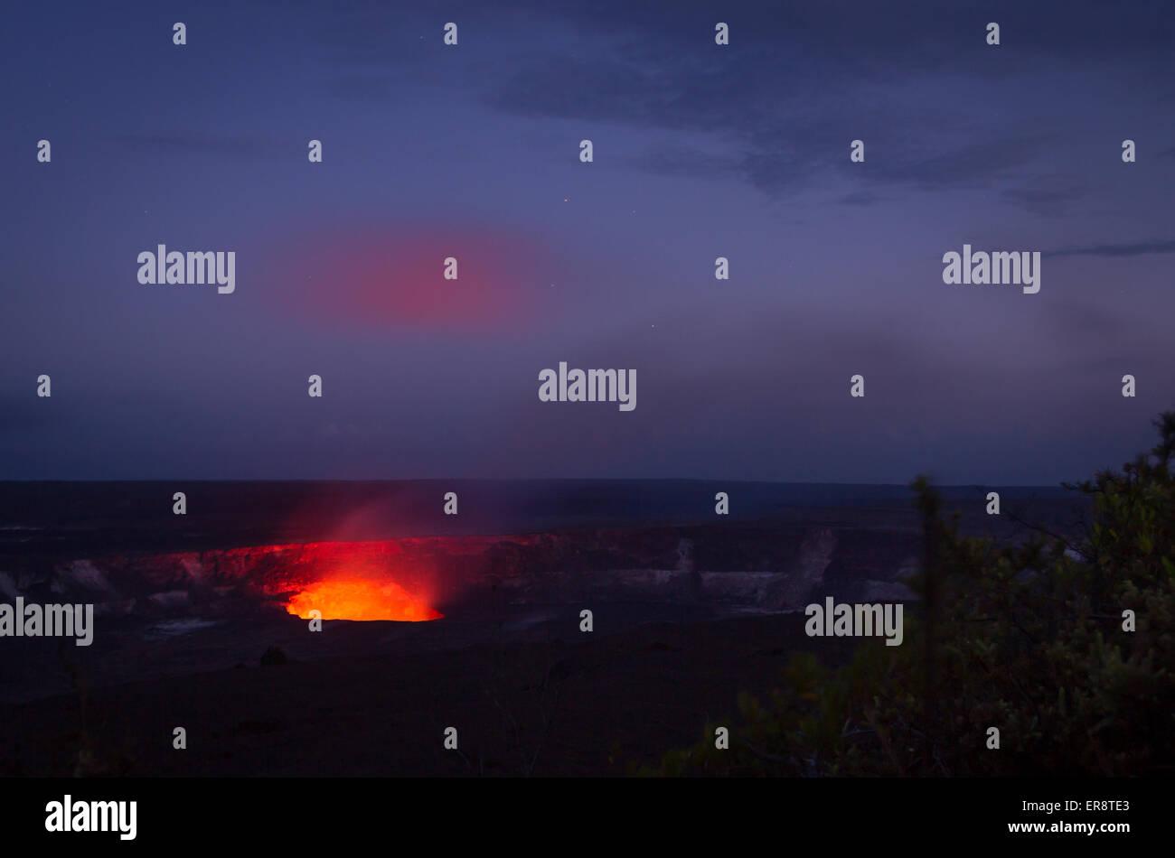 Impresionante paisaje del volcán Kilauea, la isla de Hawaii por noche - fumar con una nube a la deriva y atrapar Imagen De Stock