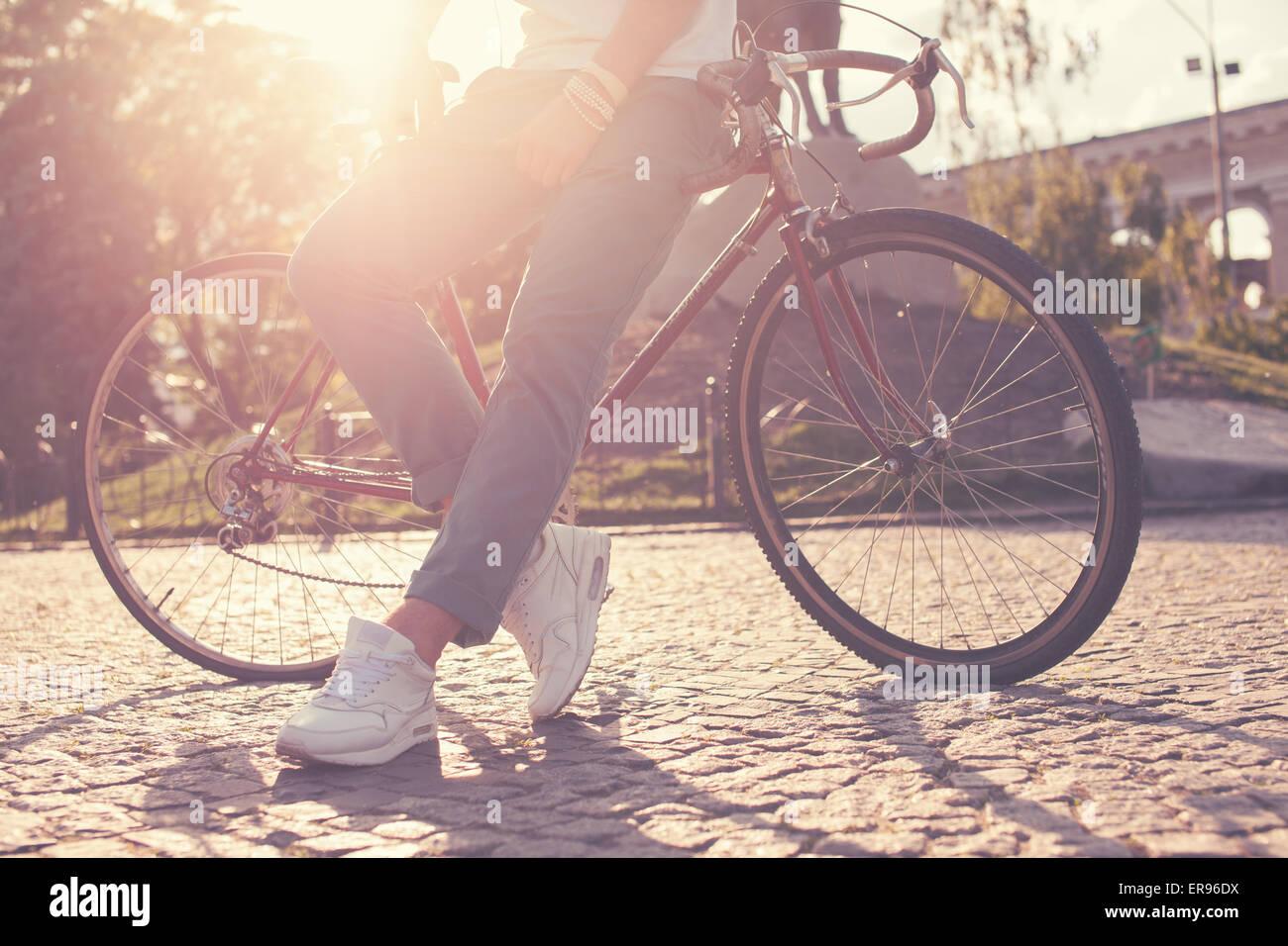 Elegante guy posando con vintage bicicleta de carrera Imagen De Stock