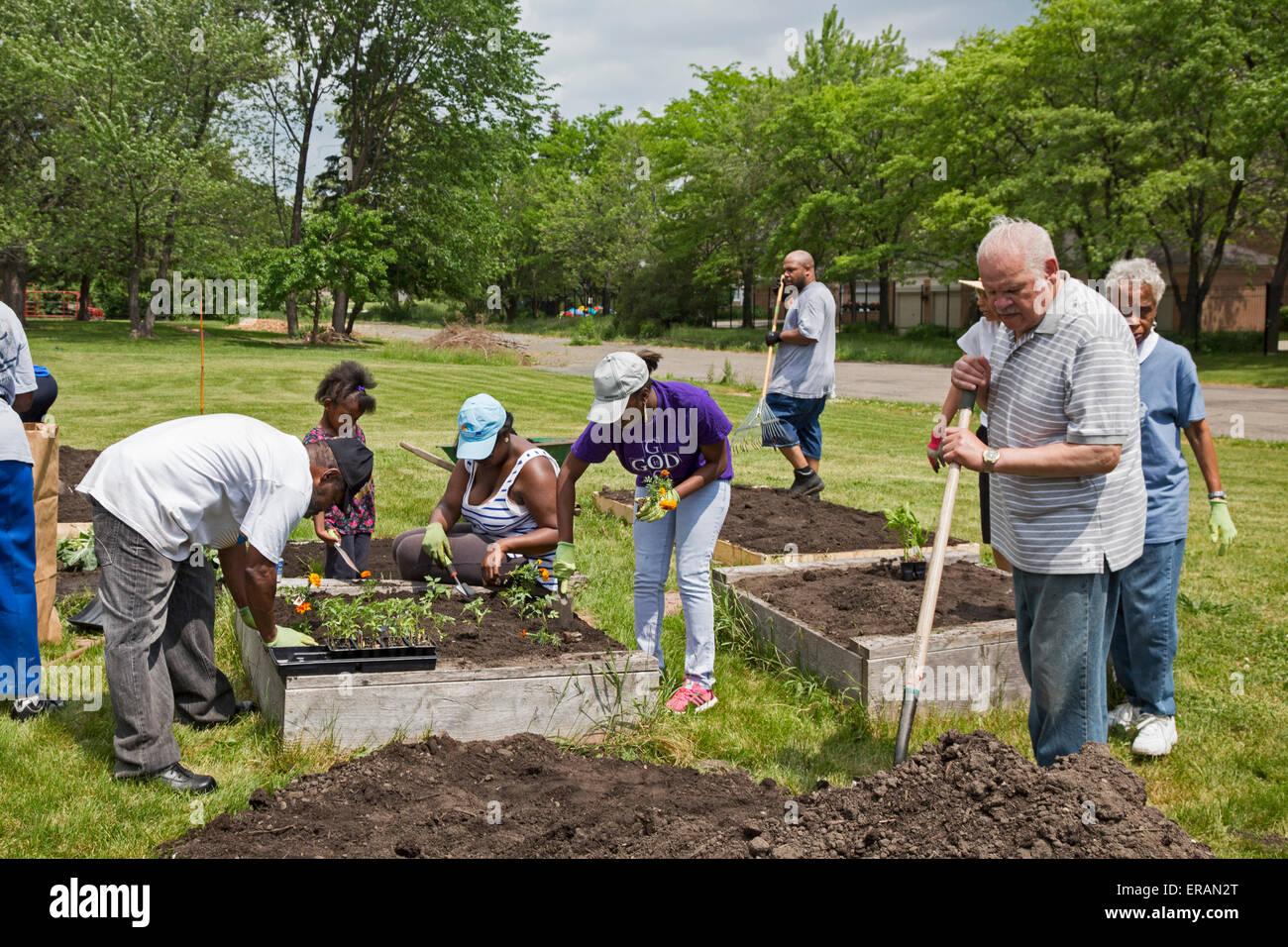 Detroit, Michigan - Los miembros de la Iglesia Presbiteriana de San Juan plantar un jardín comunitario. Imagen De Stock