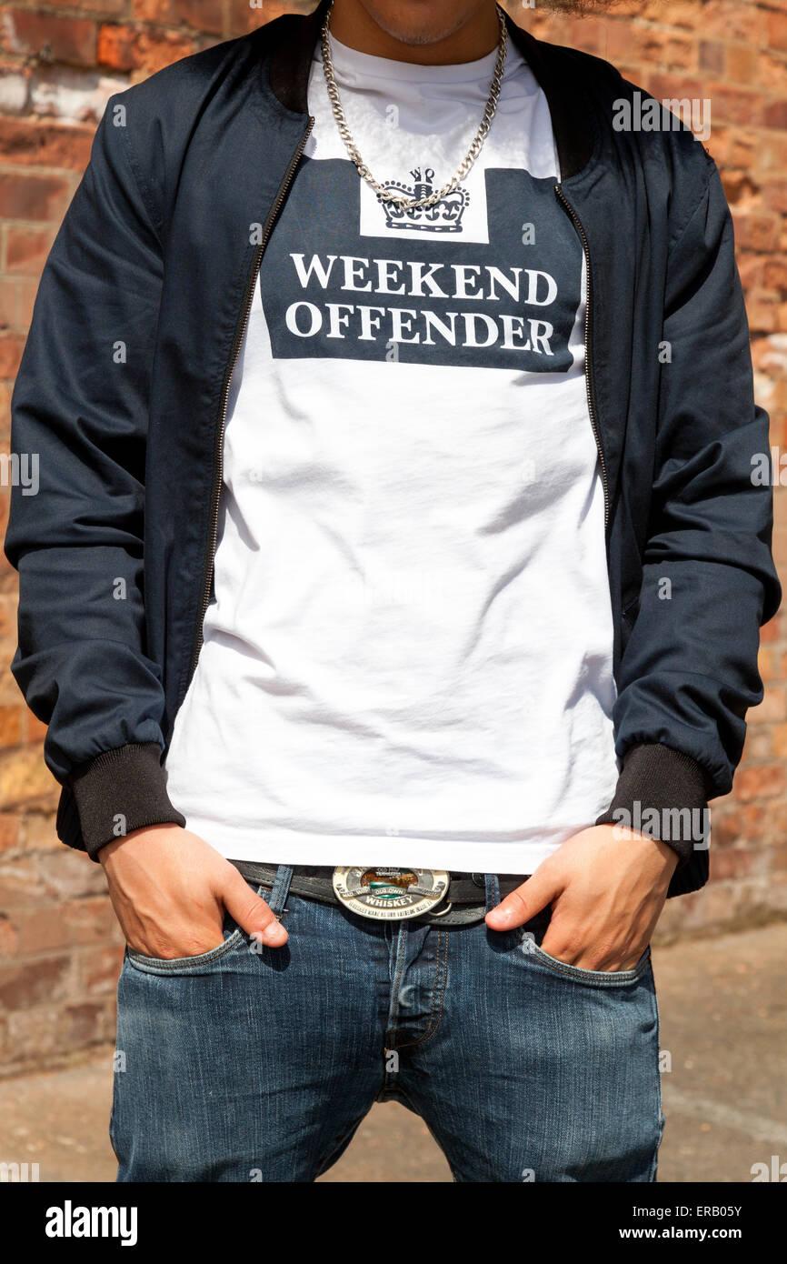 """Un adolescente vistiendo un fin de semana """"infractor"""" T.shirt en el Reino Unido. Imagen De Stock"""