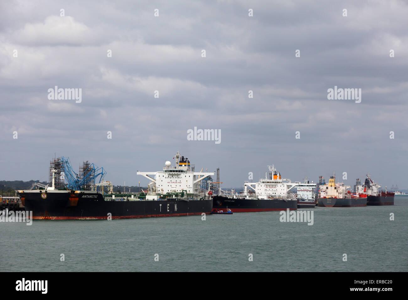 Los petroleros se alinearon en la refinería de Fawley (l-r), el Capitán John antárticas, en el norte del océano, Sextans y Nordic Amy Foto de stock