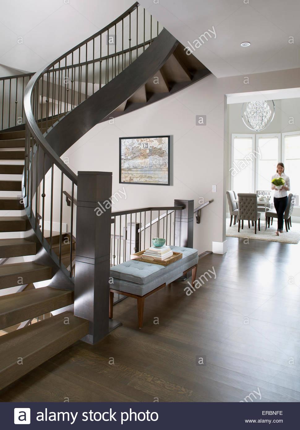 Escalera de caracol en la elegante casa Imagen De Stock