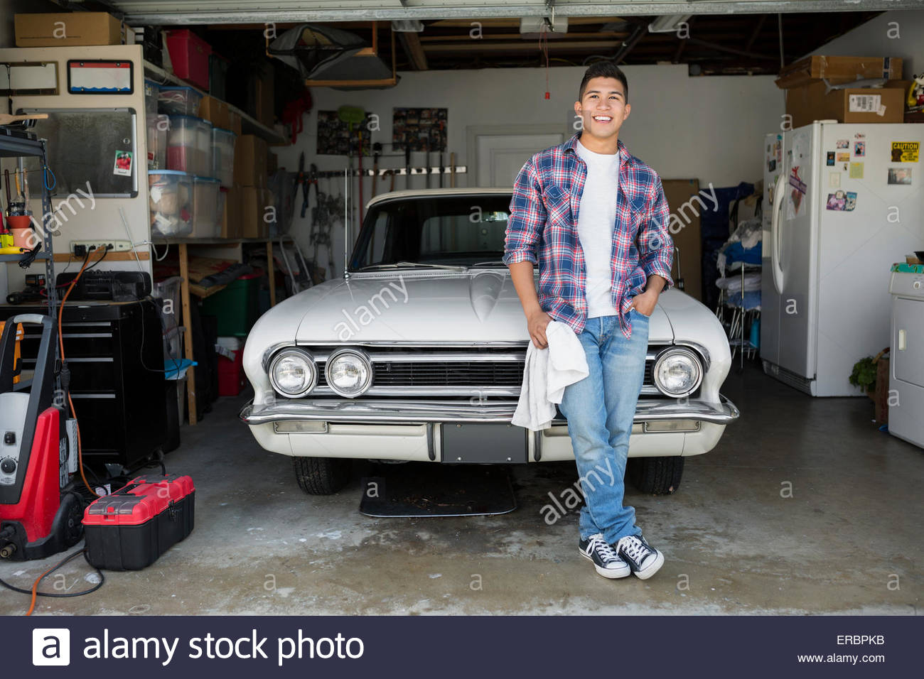 Retrato sonriente joven con garaje de coches antiguos foto imagen de stock 83237823 alamy - Garaje de coches ...