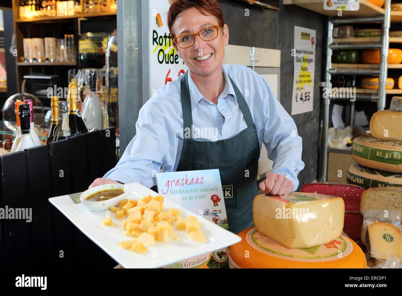 Un puesto titular ofrece una muestra de queso holandés cale en la Markthal en Rotterdam, Países Bajos. Imagen De Stock