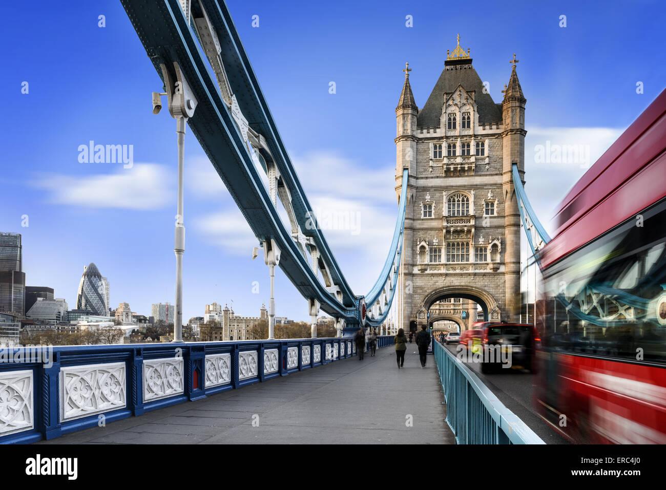 Famoso Puente de la torre con el Trafic jame, Londres, Inglaterra Foto de stock