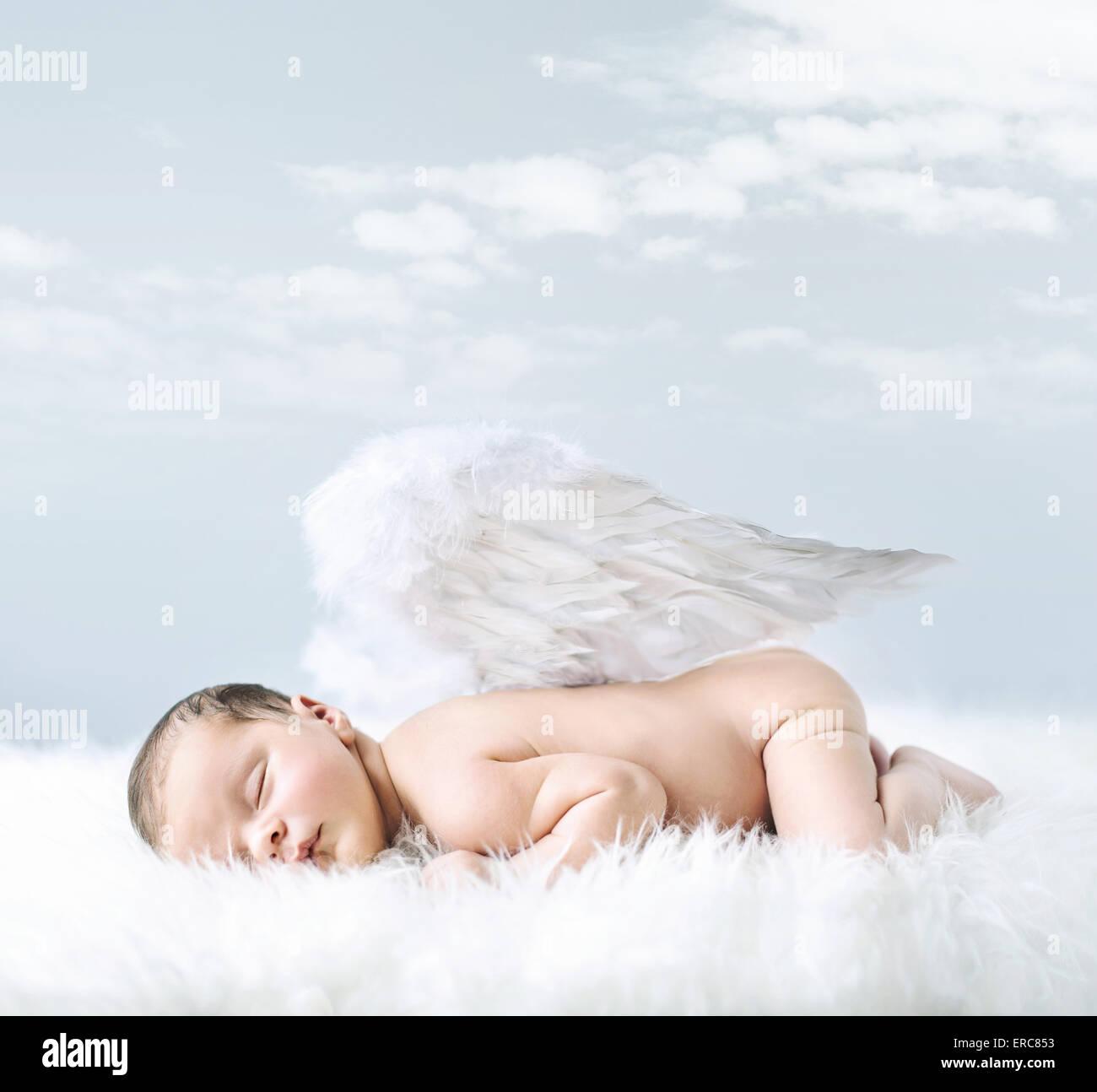 Retrato de una niña como un ángel inocente Imagen De Stock