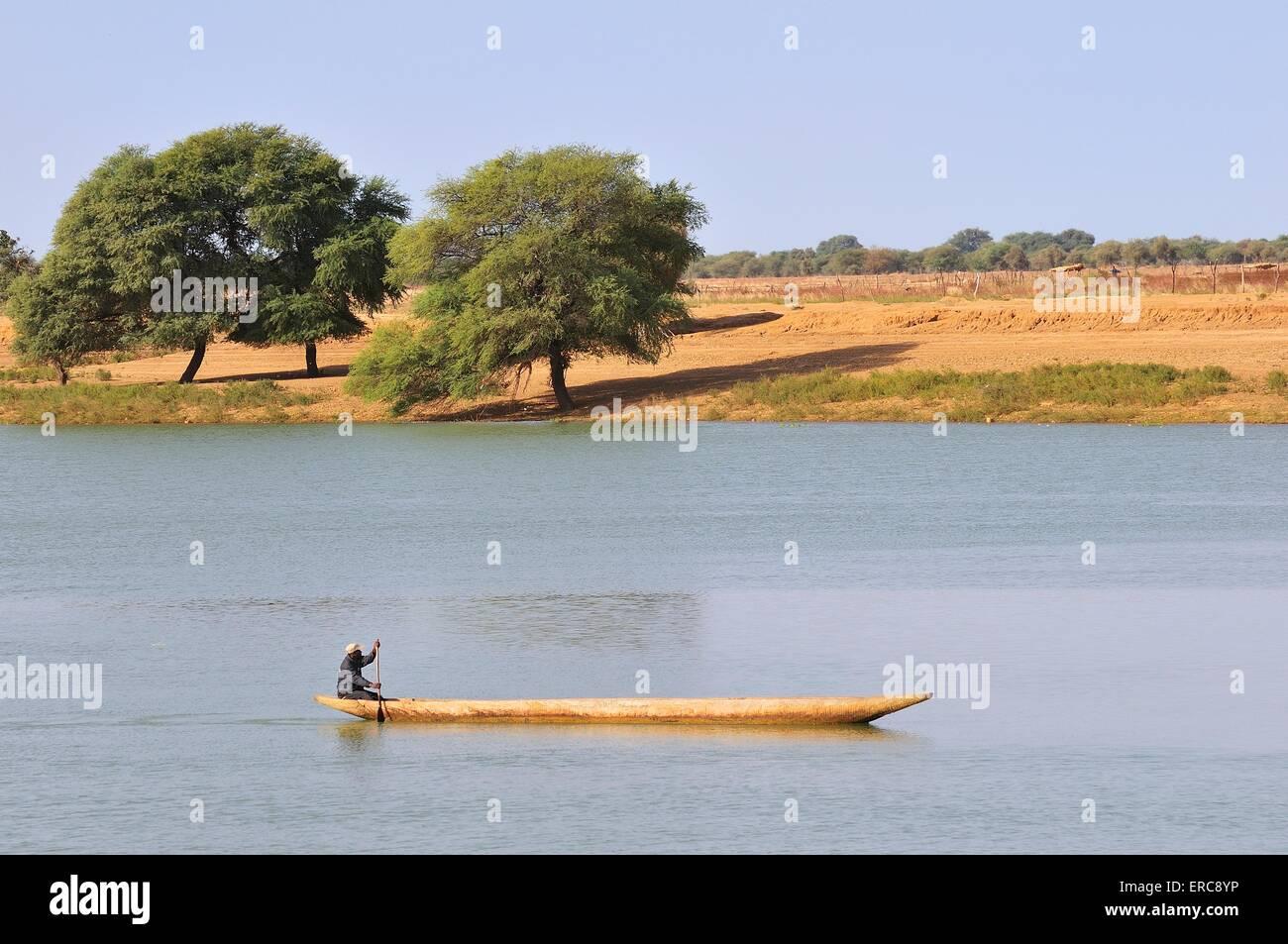 Canoa en el río Senegal en boga, Brakna región, Mauritania Imagen De Stock