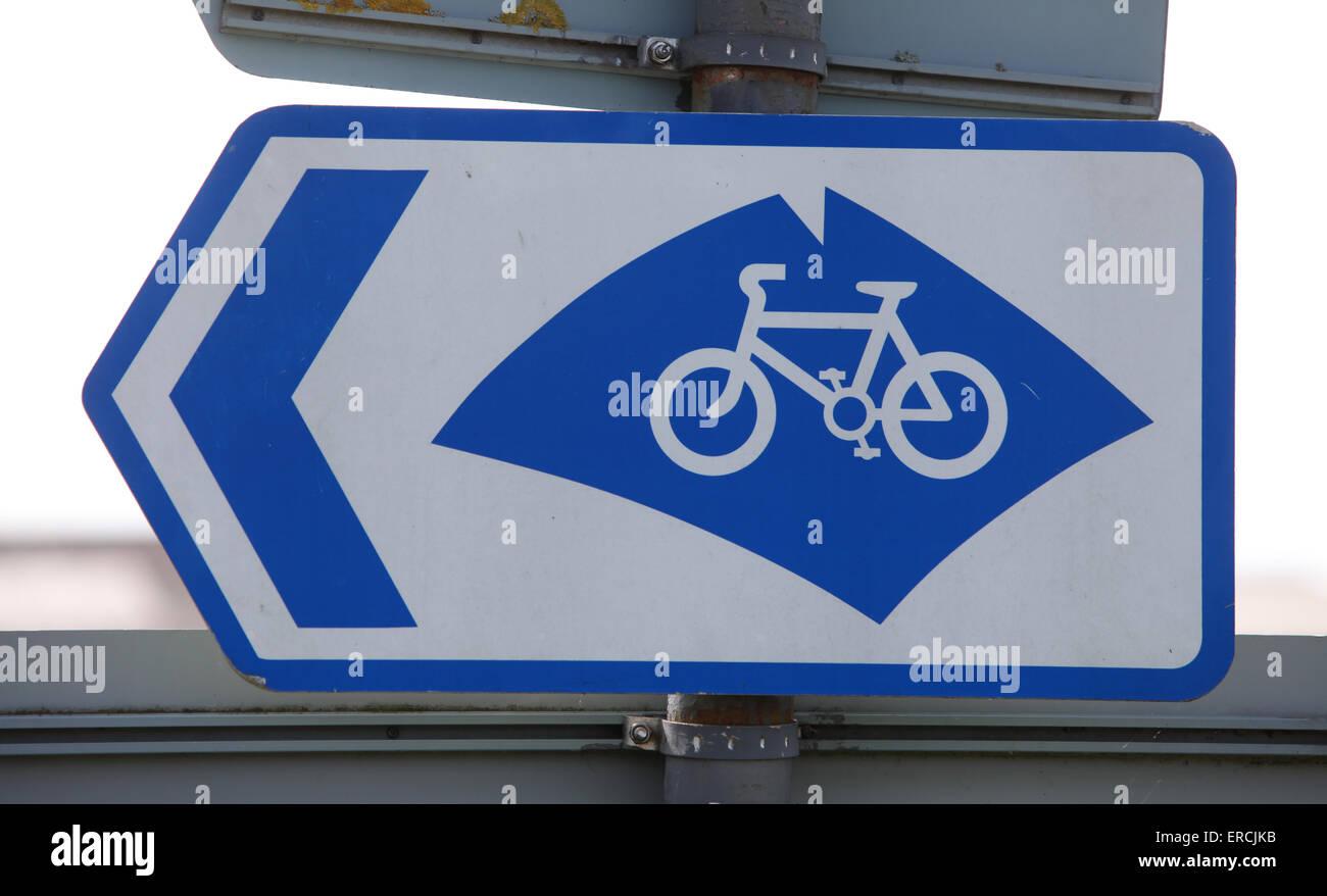 La vuelta a la isla en la ruta ciclista firmar Imagen De Stock
