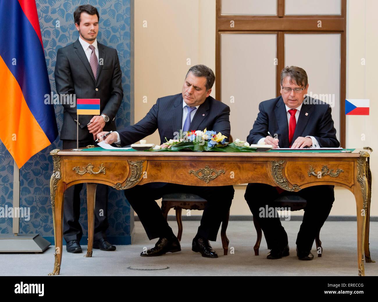 Gobernador de la región de Hradec Kralove Lubomir Franco (derecha) y gobernador de Tavush Hovik Abovyan (segundo Foto de stock
