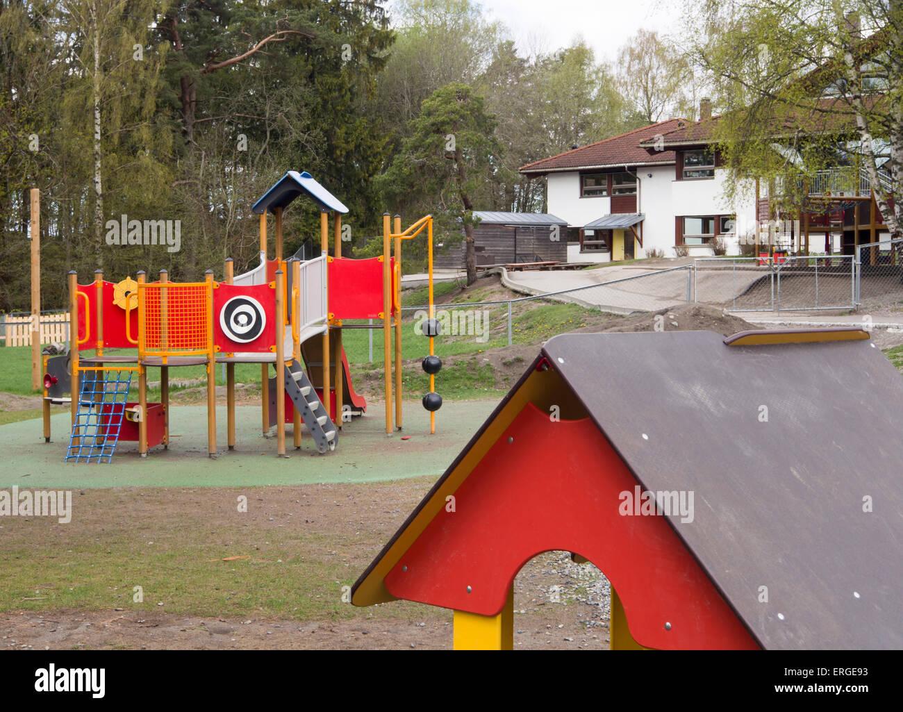 Zona de juegos al aire libre del jardín de infantes en las afueras ...