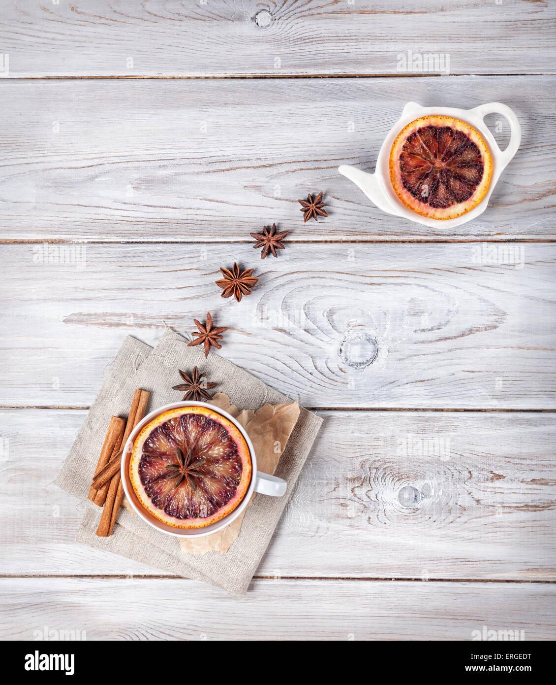 Té Marroquí con especias y la rodaja de naranja en el fondo blanco de madera Imagen De Stock