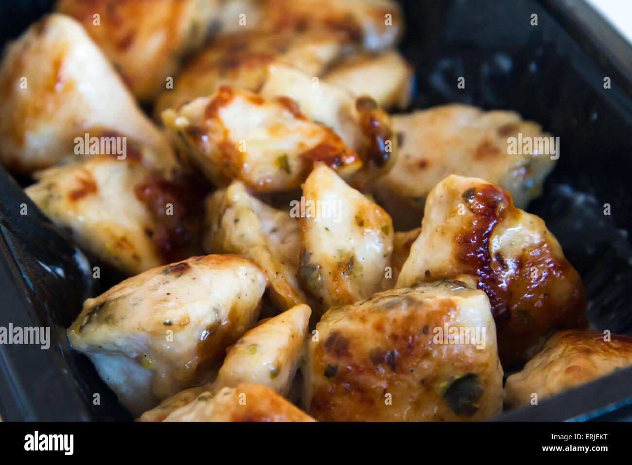 Alas de pollo frito con salsa. Imagen De Stock