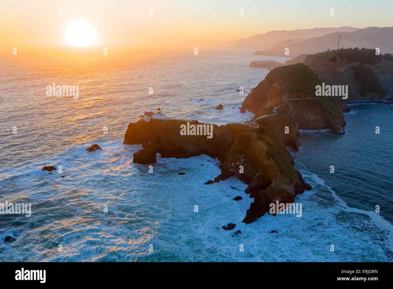 Vista aérea a través de faro de Punta Bonita en Marin, cerca de San Francisco al atardecer Imagen De Stock