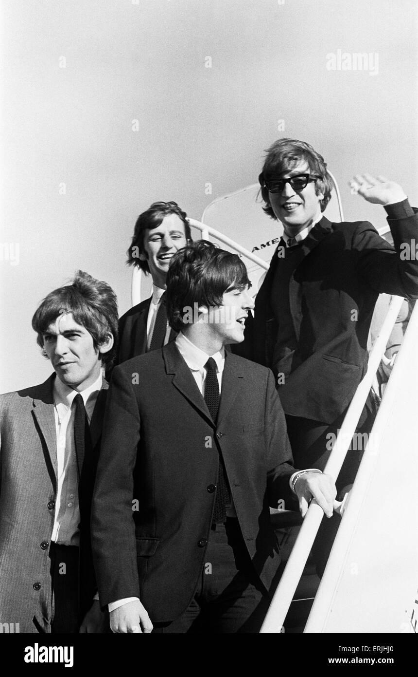 John Lennon, Paul McCartney, Ringo Starr y George Harrison de los Beatles bajar las escaleras del avión como Imagen De Stock
