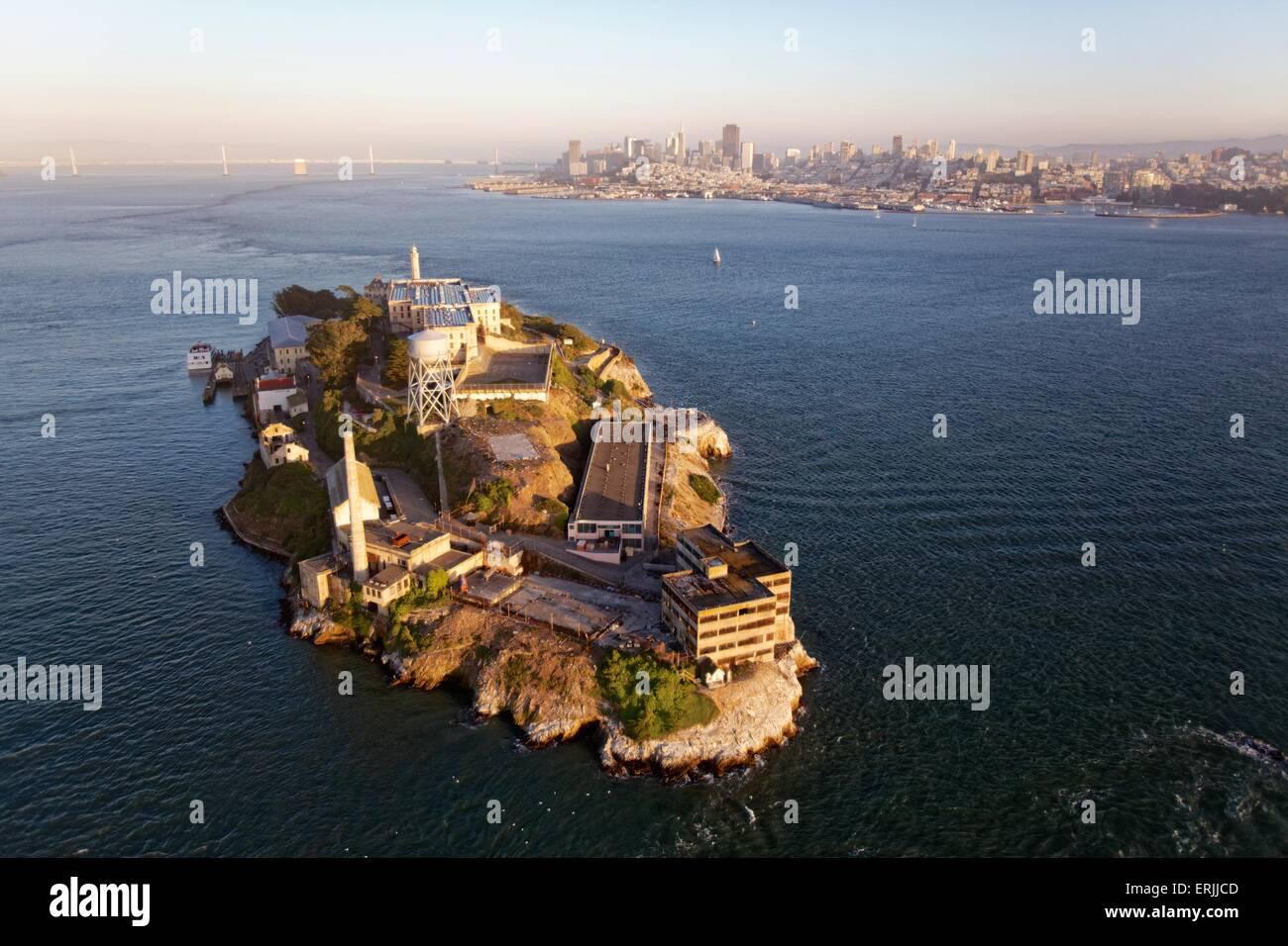 Vista aérea de San Francisco al atardecer vista aérea a San Francisco y la Isla de Alcatraz al atardecer Foto de stock