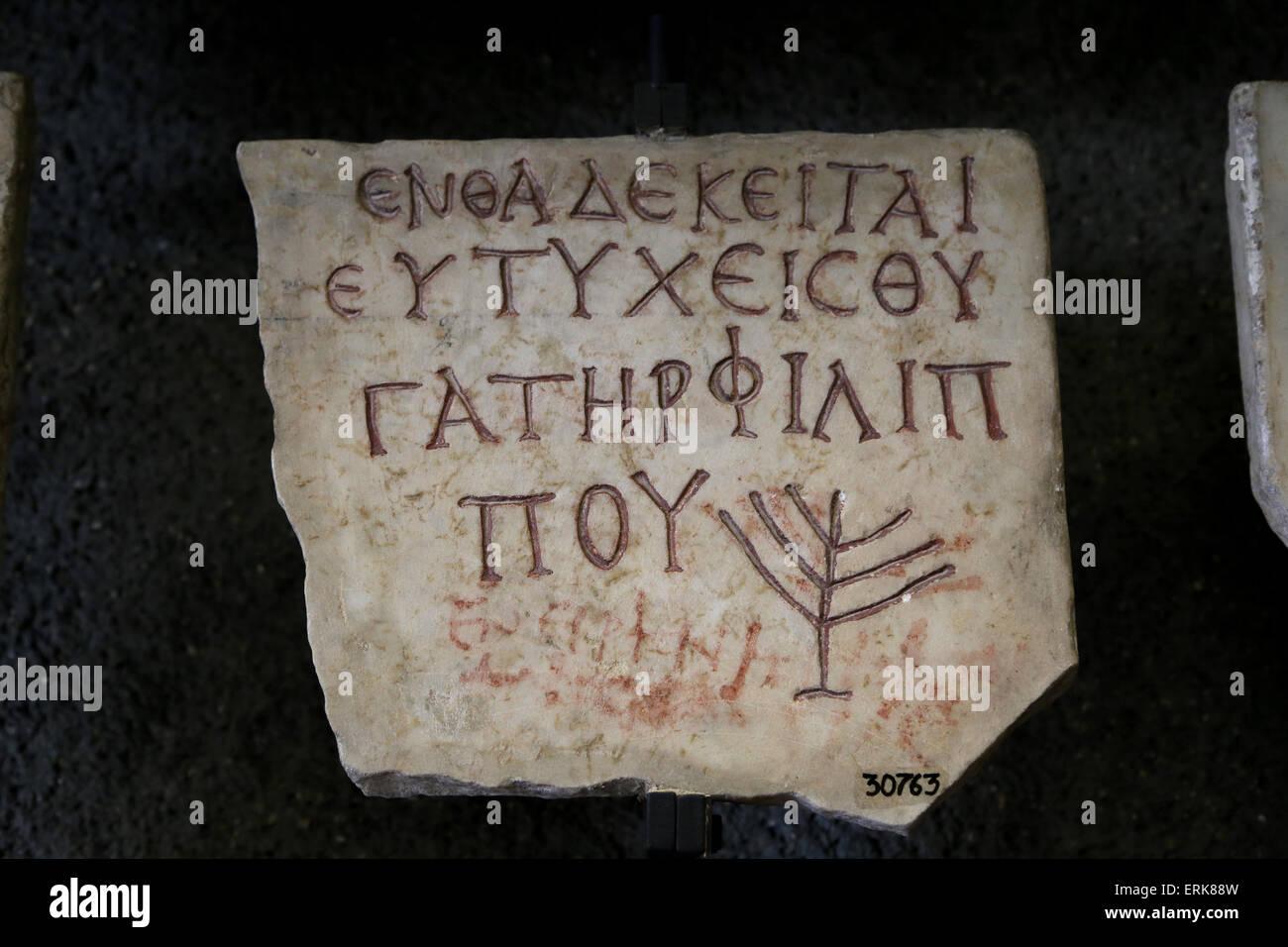 Losa de Piedra con símbolos de hebreo. 3º - 4º C. Los Museos del Vaticano. Foto de stock