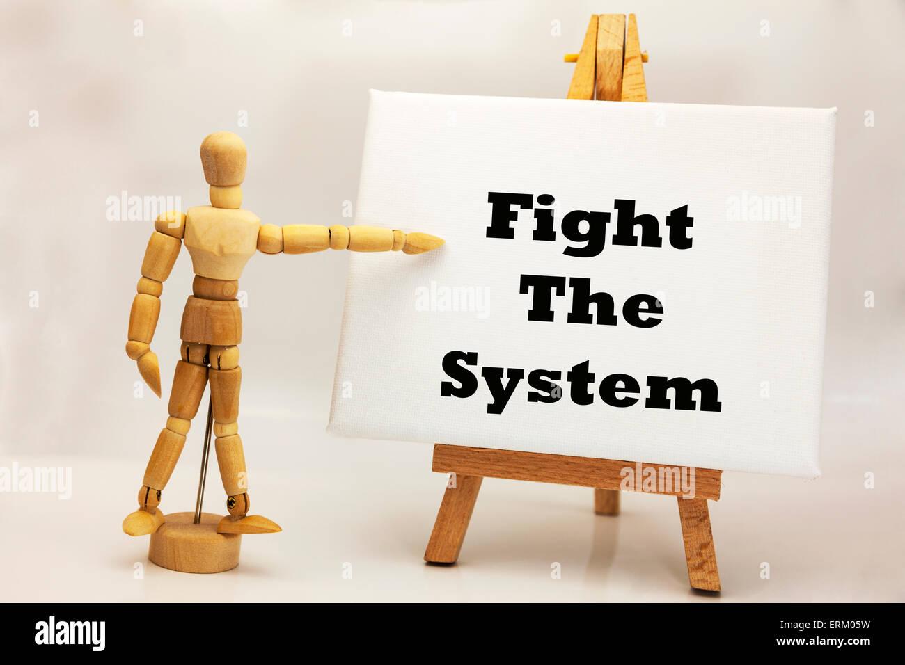 """Hombre de madera con tablero blanco apuntando a las palabras """"lucha contra el sistema' la anarquía Imagen De Stock"""