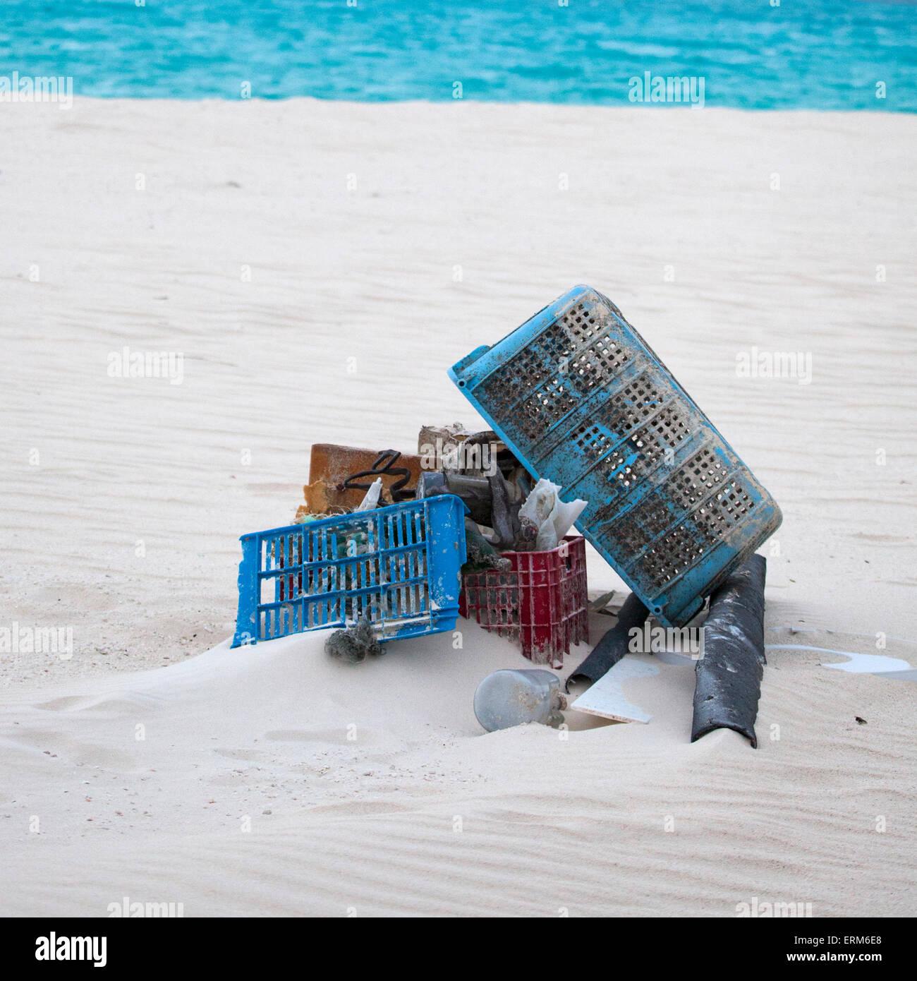 Los desechos marinos de plástico recolectadas de playa para envíos fuera de la isla y la eliminación. Foto de stock
