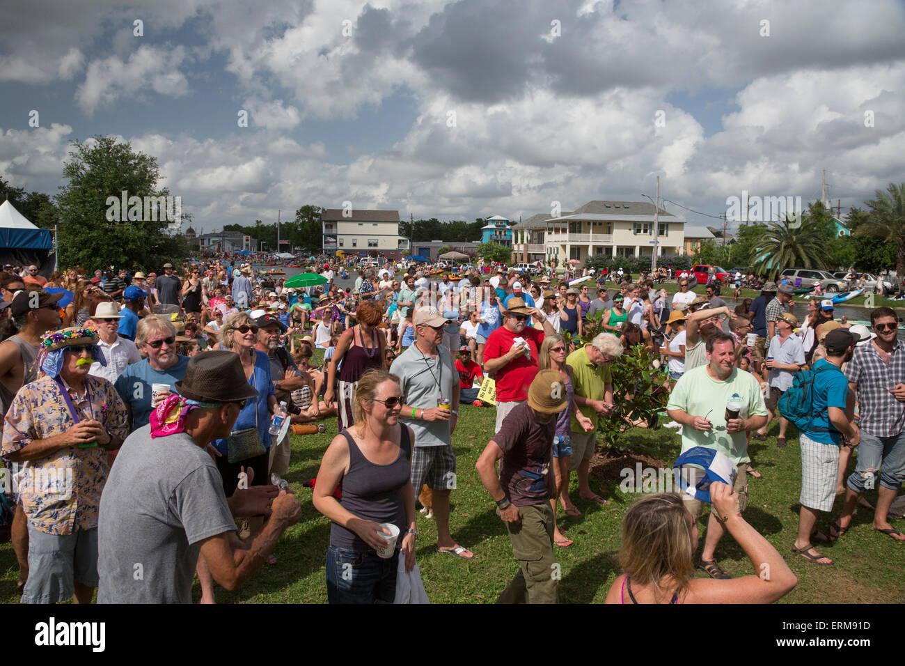 Nueva Orleáns, Louisiana - gente escucha música en el Bayou Bougaloo Mid-City. Imagen De Stock