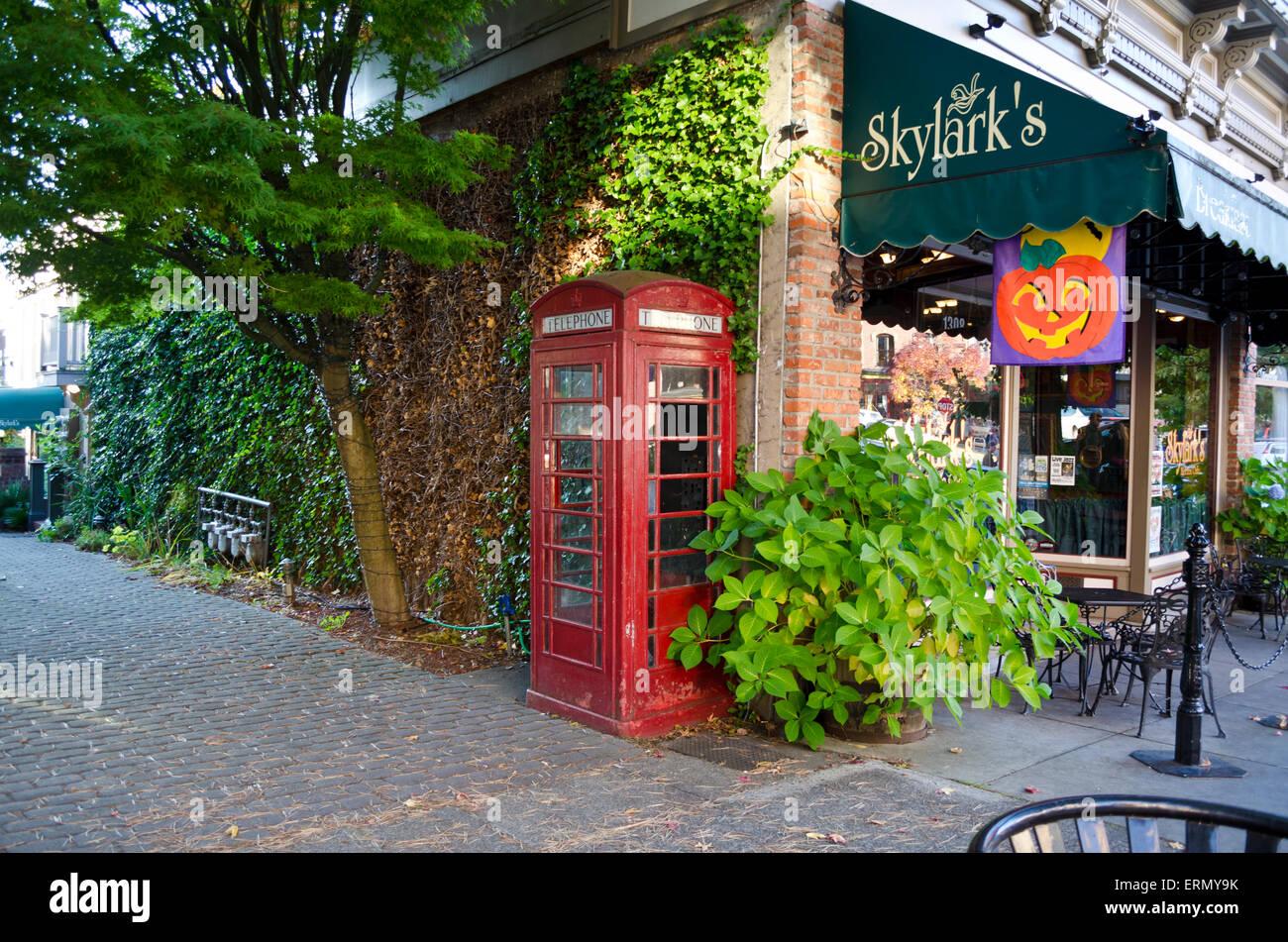 Esquina del edificio por Skylark's Restaurant en el centro de Fairhaven, Bellingham, Washington, EE.UU. Rojo Imagen De Stock