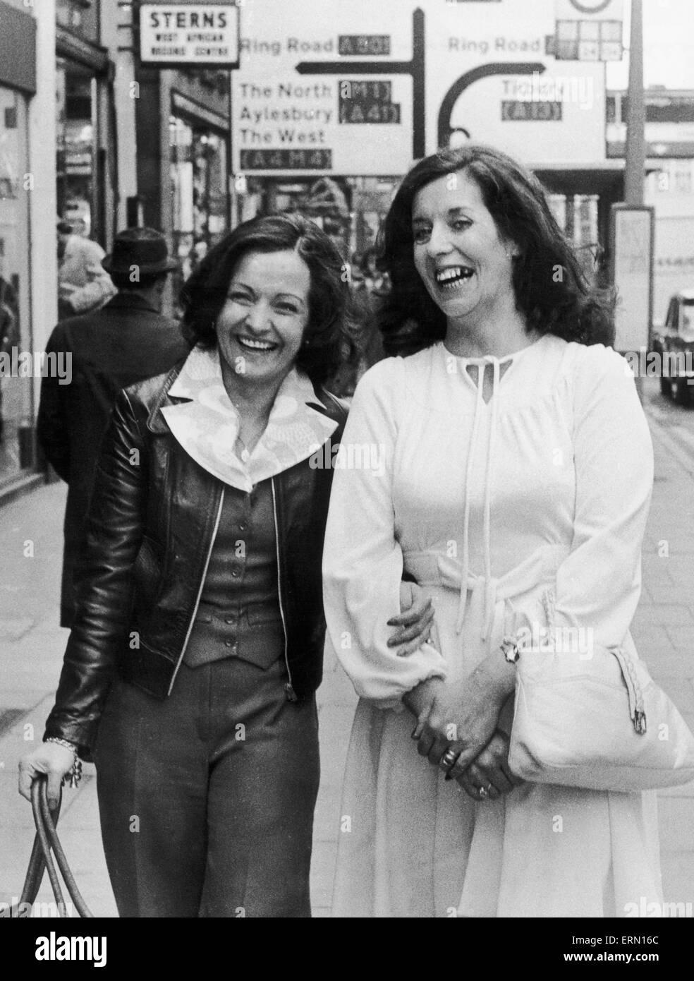 Derecho a Betty Williams y Mairead Corrigan arquitectos jefe del recién formado movimiento de paz en Belfast, Imagen De Stock