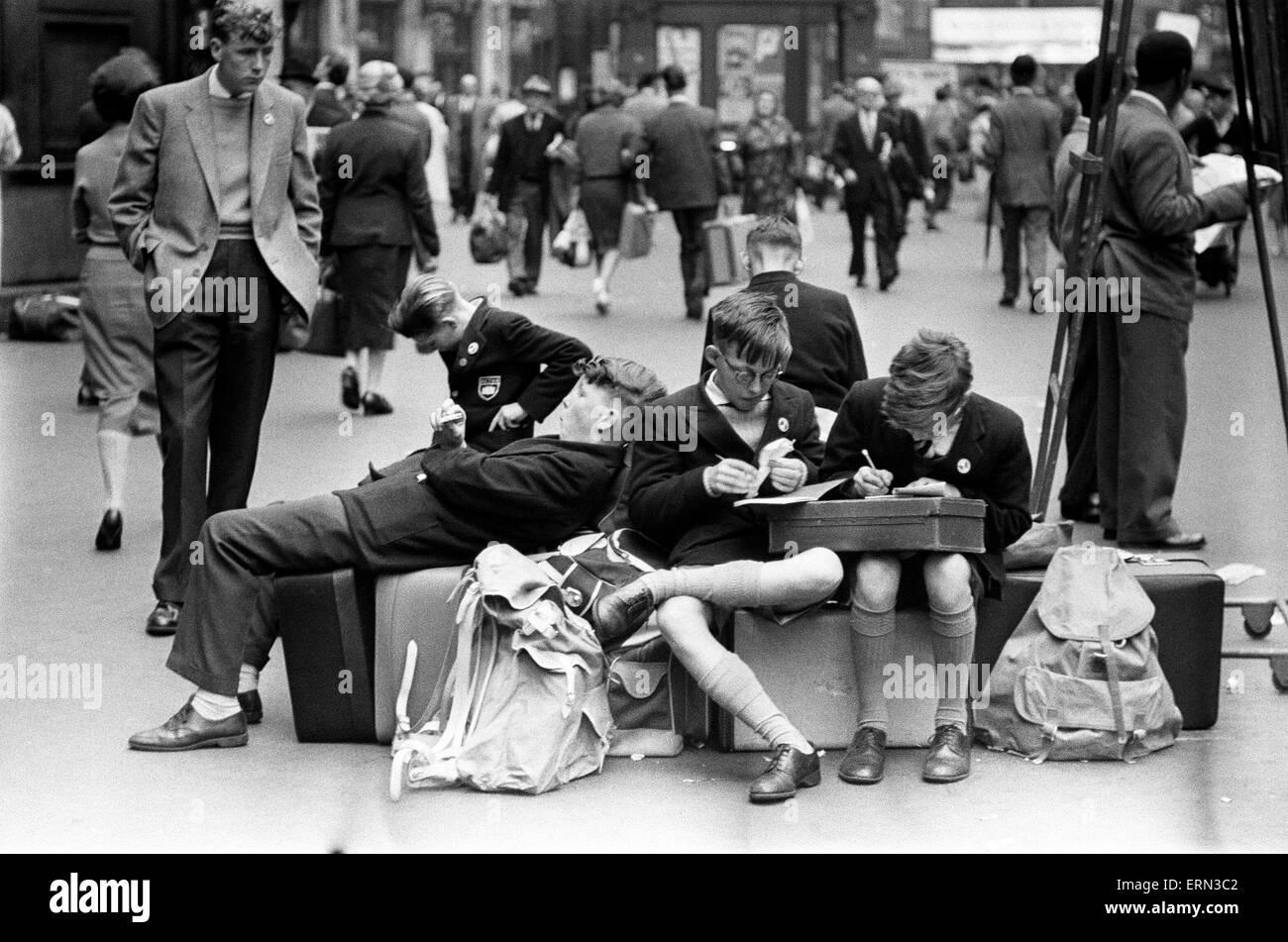 Las multitudes de vacaciones en la estación de Waterloo, el 29 de julio de 1960. Imagen De Stock