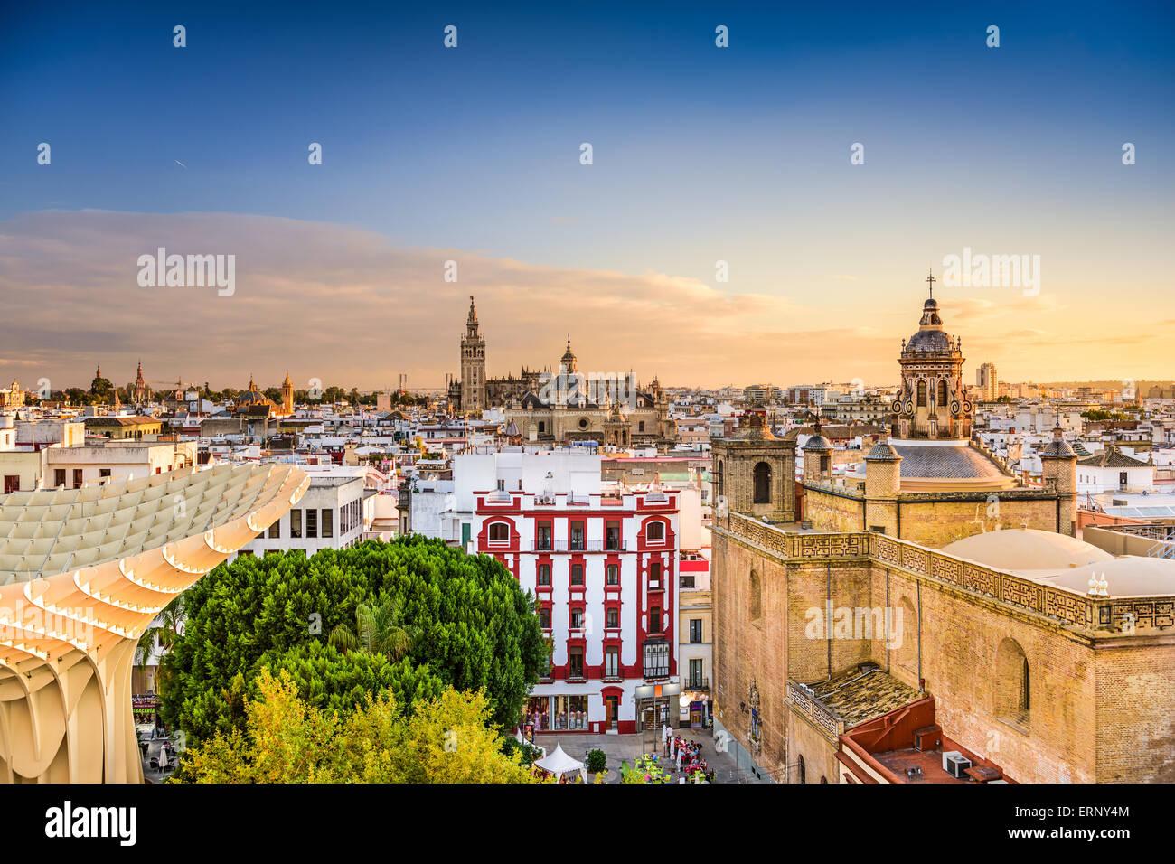 Sevilla, España barrio antiguo skyline al atardecer. Imagen De Stock