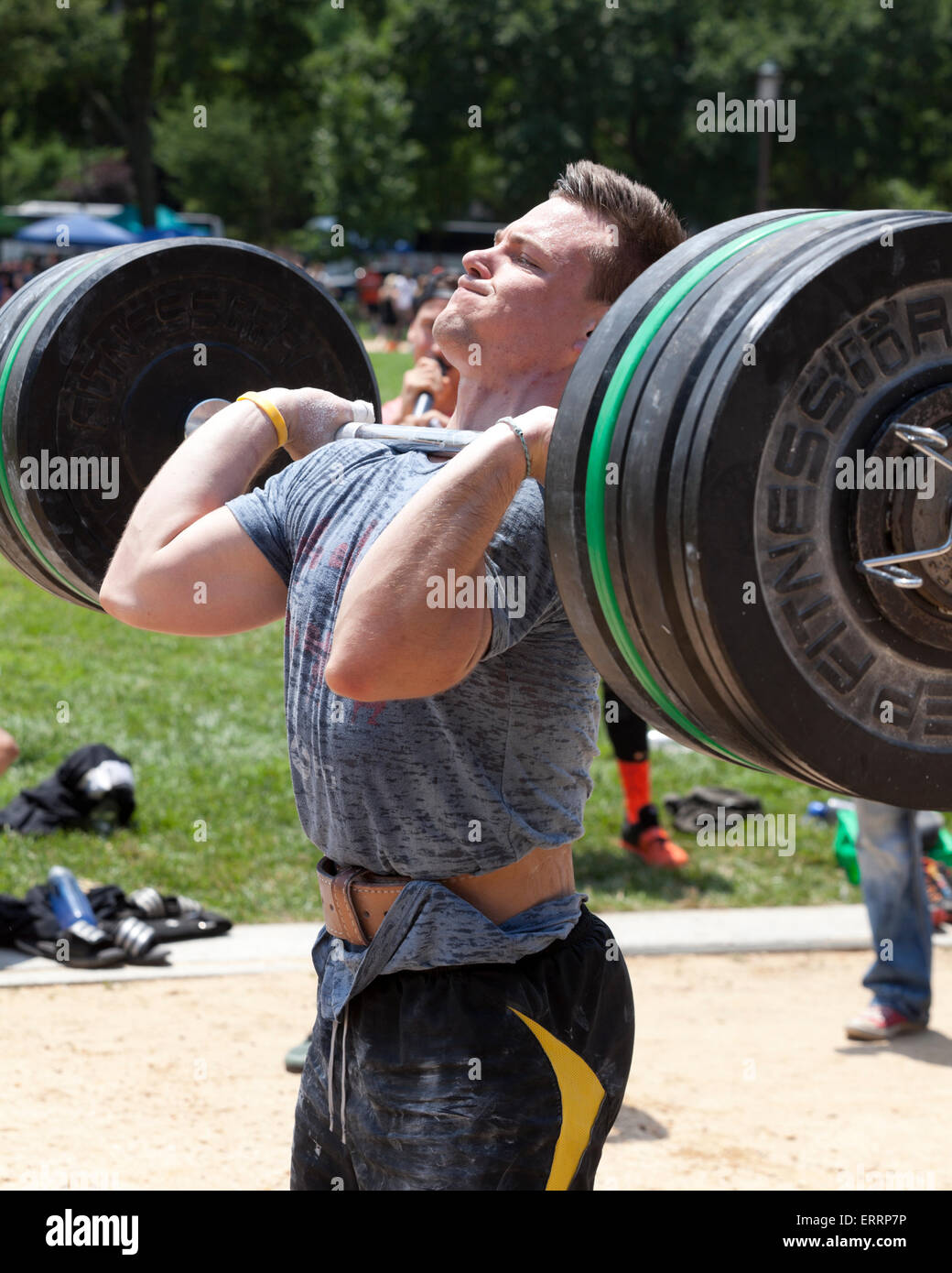 El hombre realiza el levantamiento de pesas en un programa de ejercicios al aire libre - EE.UU. Imagen De Stock