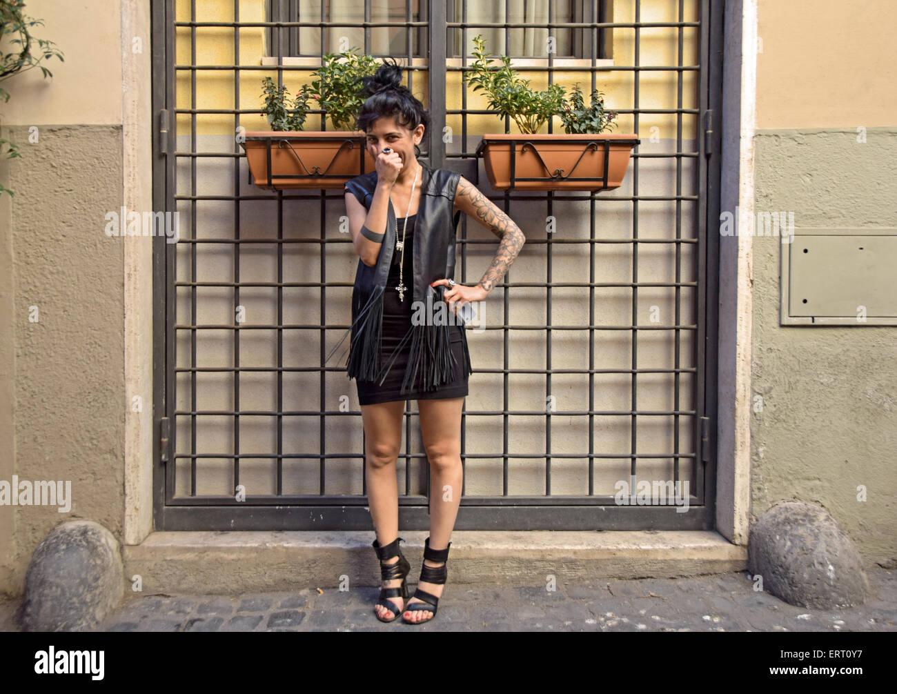 Plantea el retrato de un Italiano esteticista con tatuajes en Roma, Italia Imagen De Stock