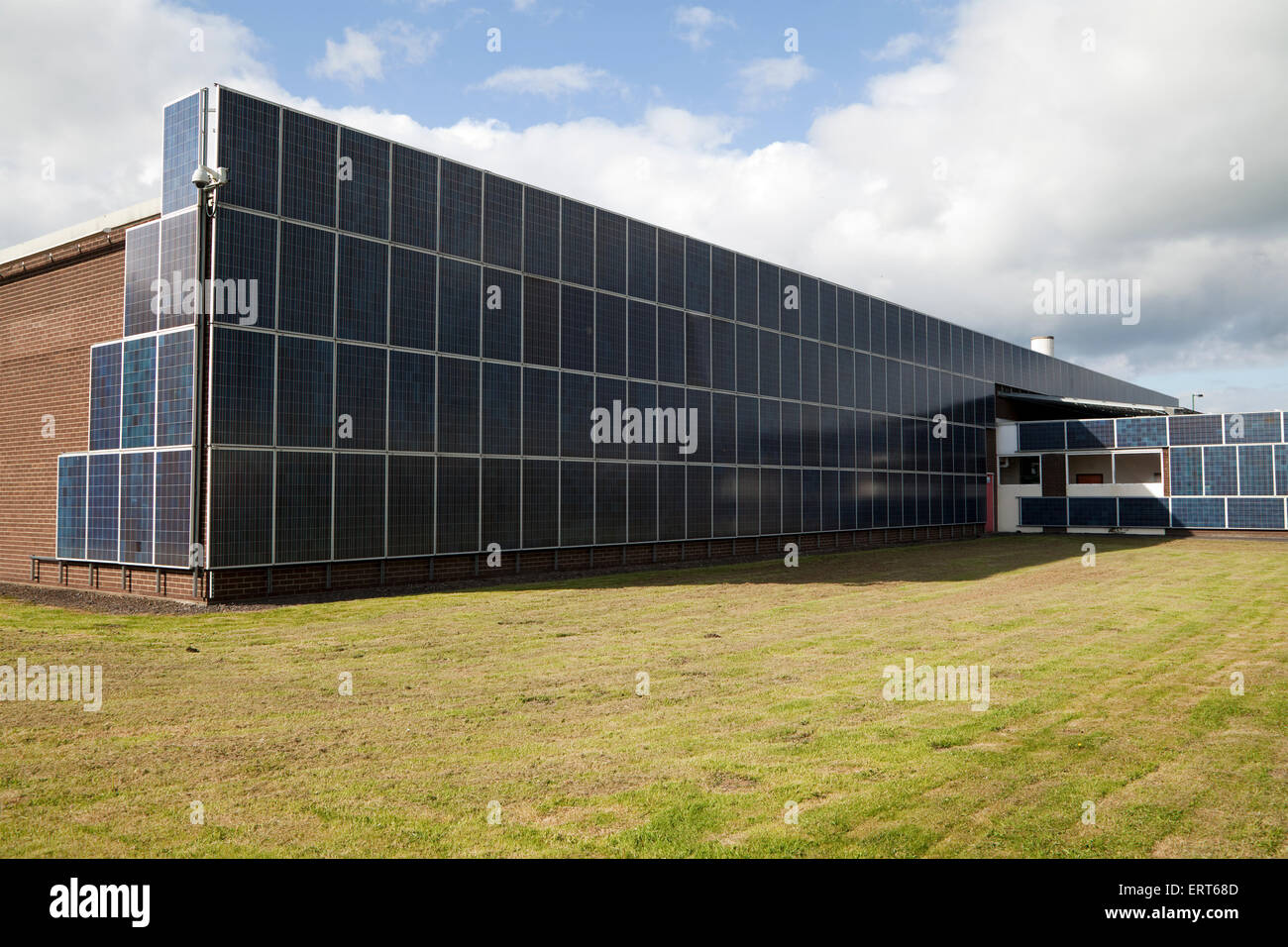 Edificio de oficinas revestida en paneles solares Imagen De Stock