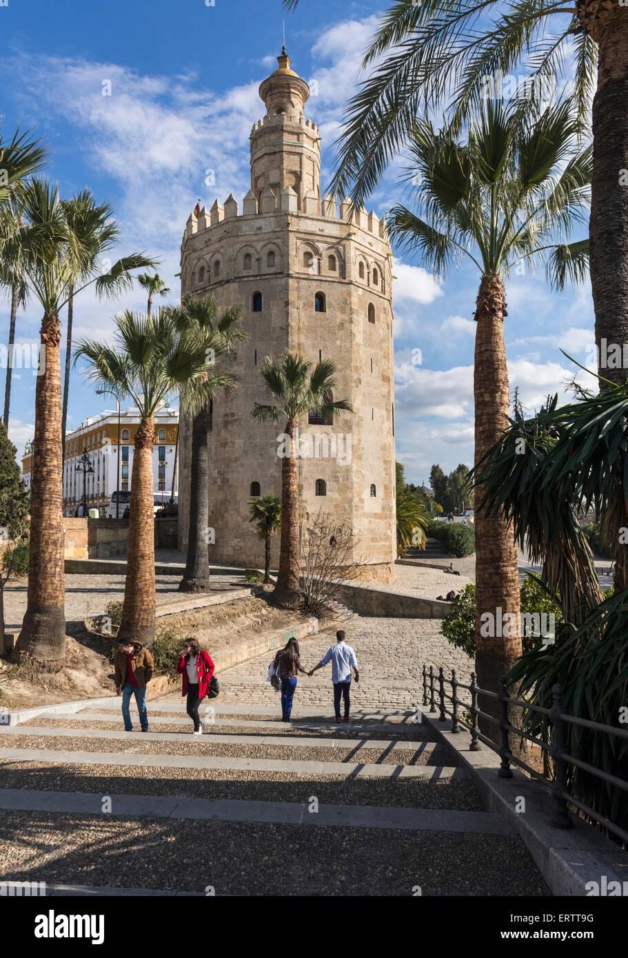 Sevilla, España - o la Torre del Oro Torre del Oro en Sevilla, España, Europa con los turistas. Imagen De Stock