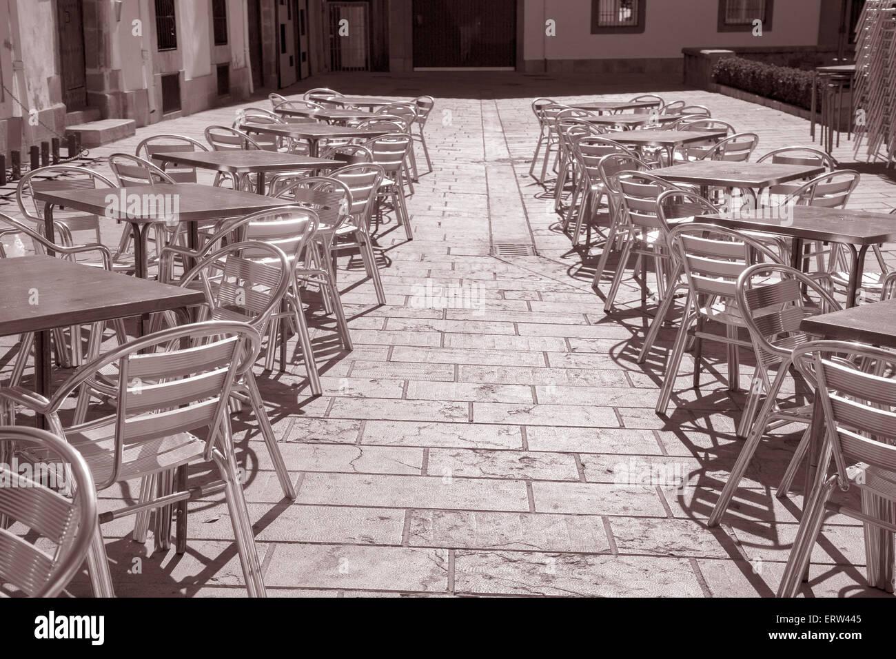 Tono Terraza : Cafe mesas y sillas de terraza en tono sepia en blanco y negro