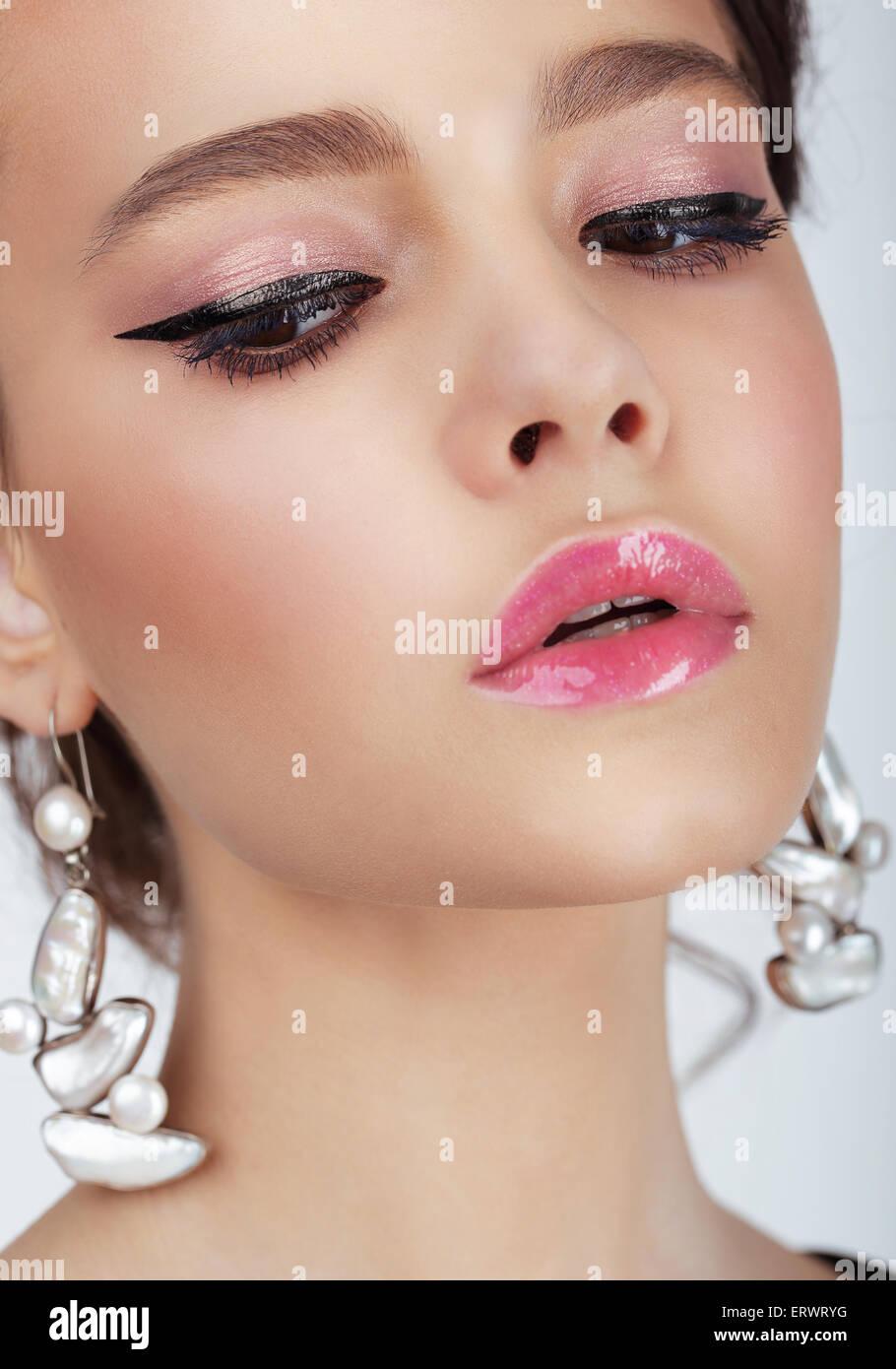 Retrato de estudio de joven mujer con aretes Imagen De Stock