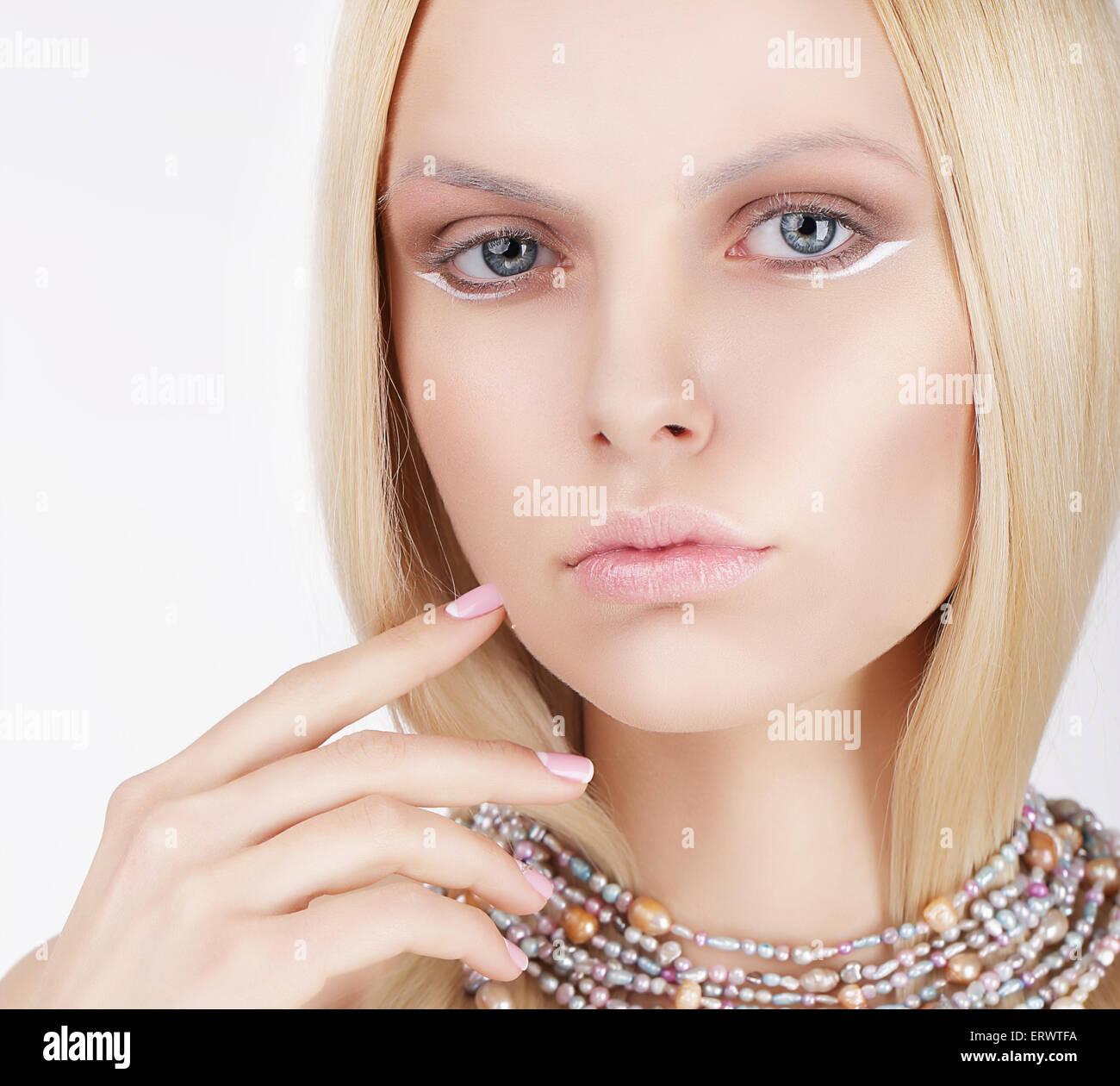 Sofisticada rubia encantadora tocando su cara Foto de stock