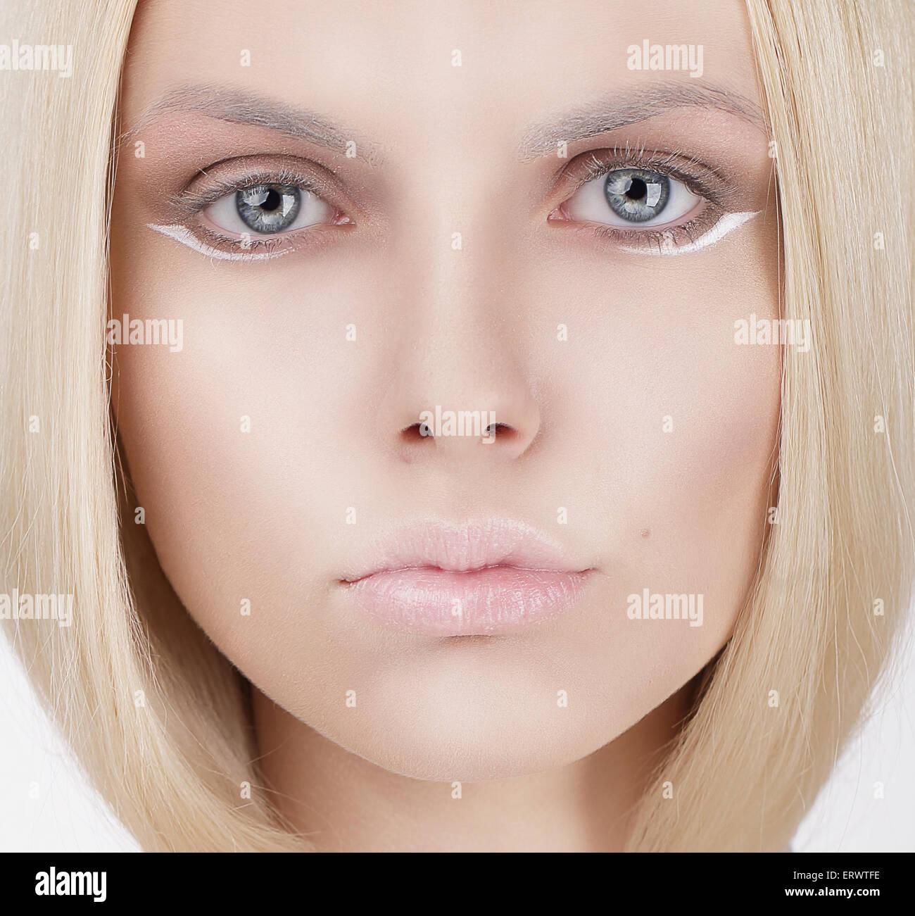 Closeup retrato de joven mujer rubia Imagen De Stock