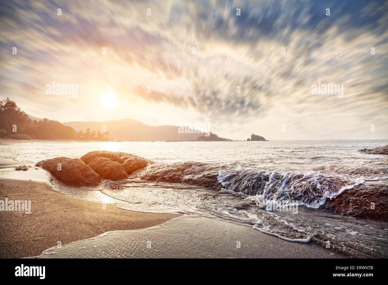 Om playa al amanecer cielo en Gokarna, Karnataka, India Imagen De Stock