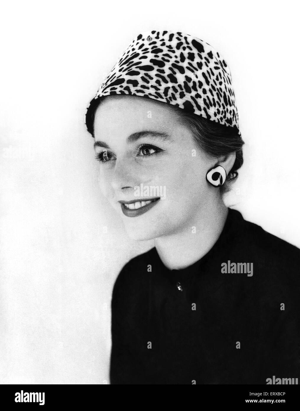 Modelado de una mujer un animal print hat. 13 de septiembre de 1955 Imagen De Stock
