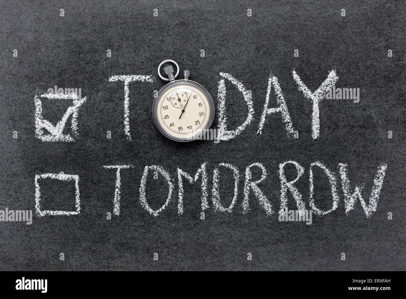 Hoy o mañana el concepto manuscrito en pizarra con vintage cronómetro exacto utilizado en lugar de O Imagen De Stock