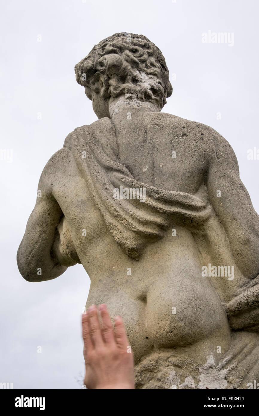 Azotes Al Culo la mano del hombre azotar el culo de una escultura masculina