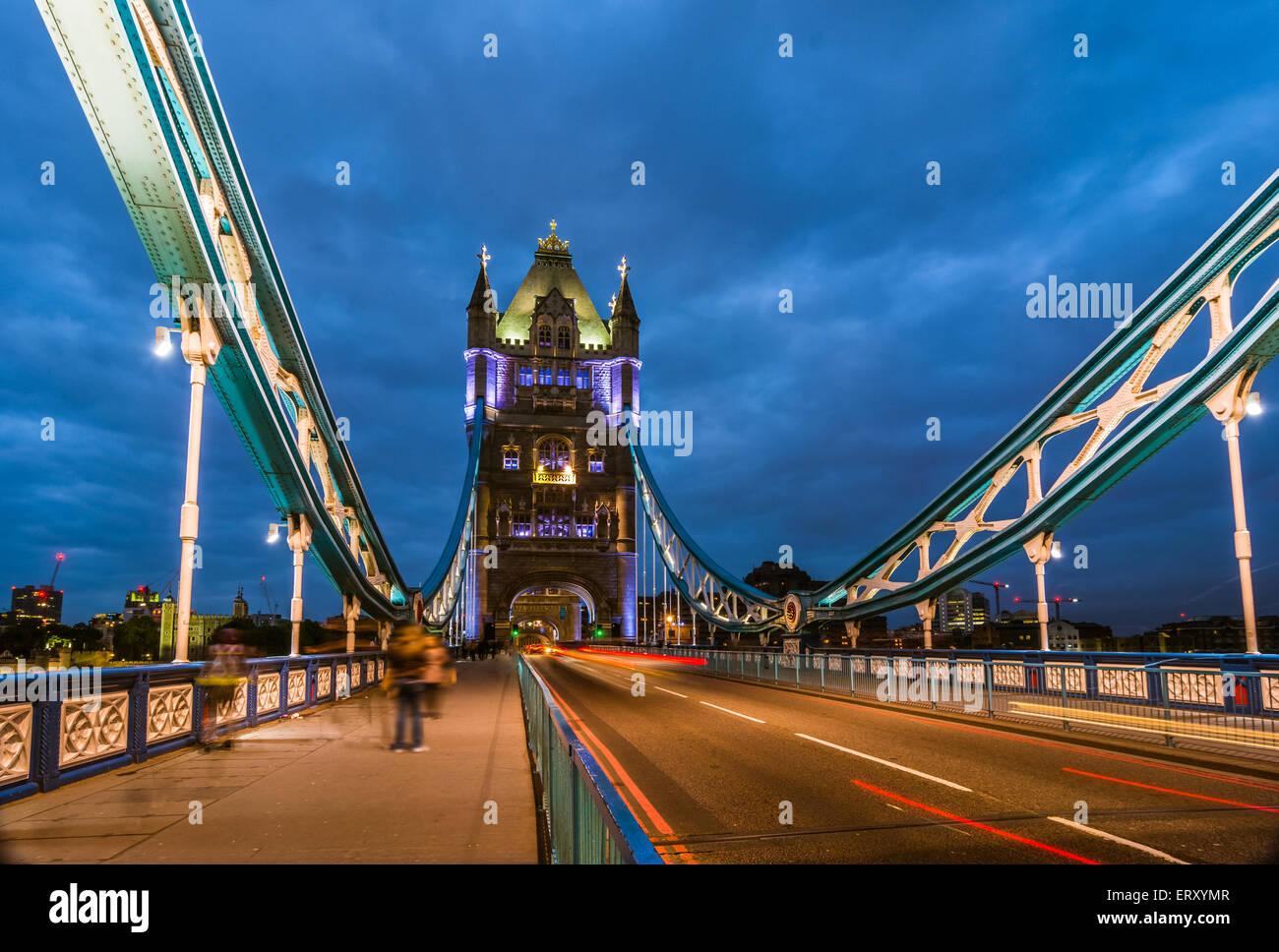Puente Torre vista nocturna desde el puente de Londres, Reino Unido. Una combinación de bascule y puente colgante que cruza el río Foto de stock