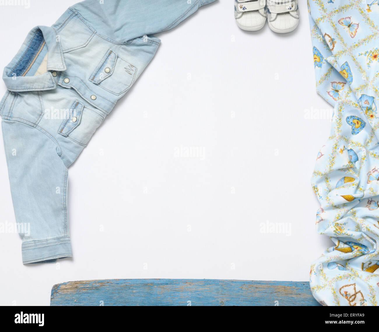 Vista superior de la mirada de moda moda ropa de bebé Juguetes y cosas, baby fashion concept Imagen De Stock