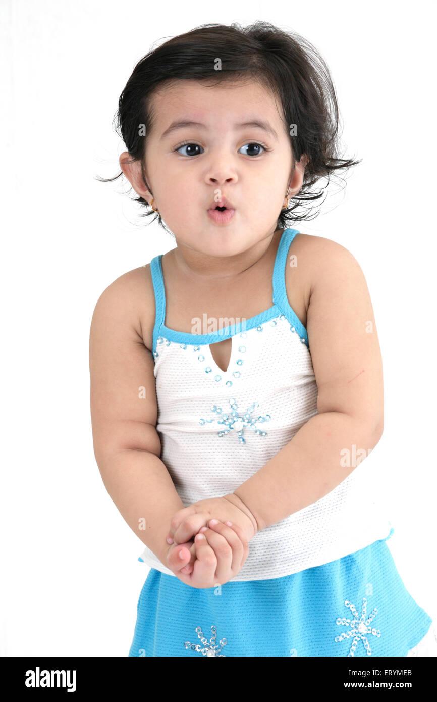 Quince meses de edad chica de pie ambas manos se unieron MR#743S Imagen De Stock