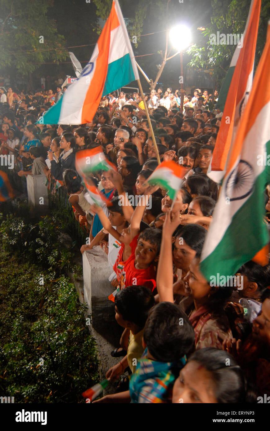Los residentes celebran el Día de la independencia con la tricolor bandera india en la medianoche del 15 de Imagen De Stock