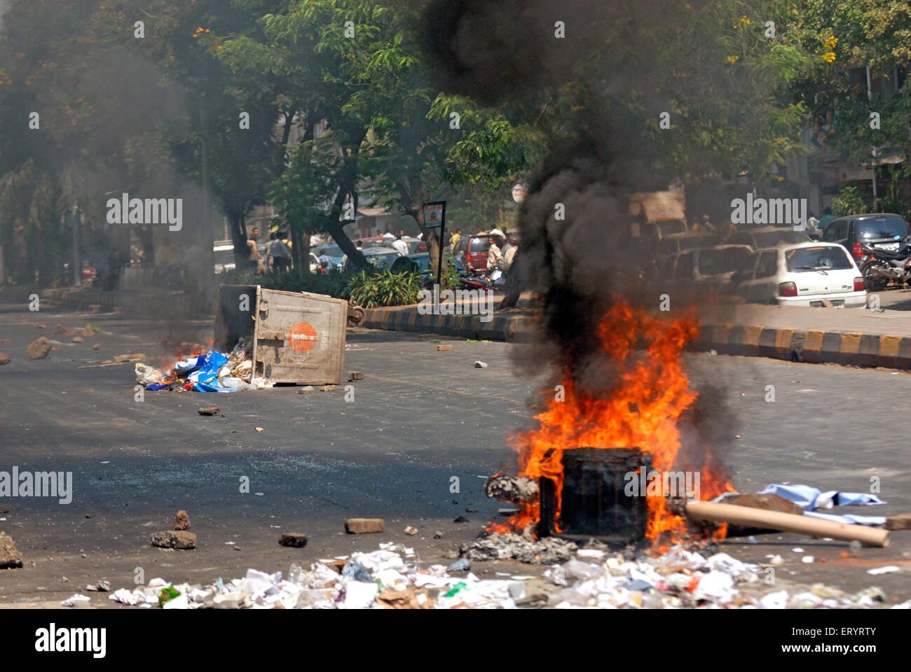 Protesta violenta, la quema de basura en la carretera Bandra ; ; ; ; Maharashtra Bombay Bombay India 21 de octubre Imagen De Stock