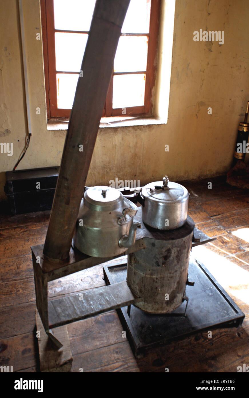 Estufa de carbón innovadores y chimenea en la cocina ; Leh Ladakh ; ; ; Jammu y Cachemira India 11 de abril Imagen De Stock