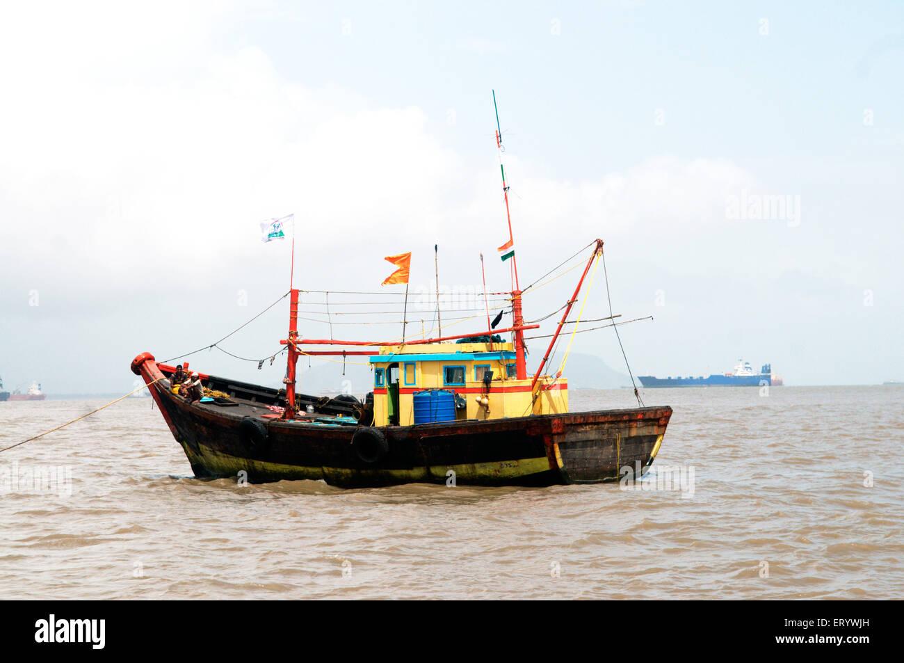 Pesca en barco de arrastre en el mar ; Bombay ; Bombay ; Bombay ; Maharashtra ; India ; asia Foto de stock