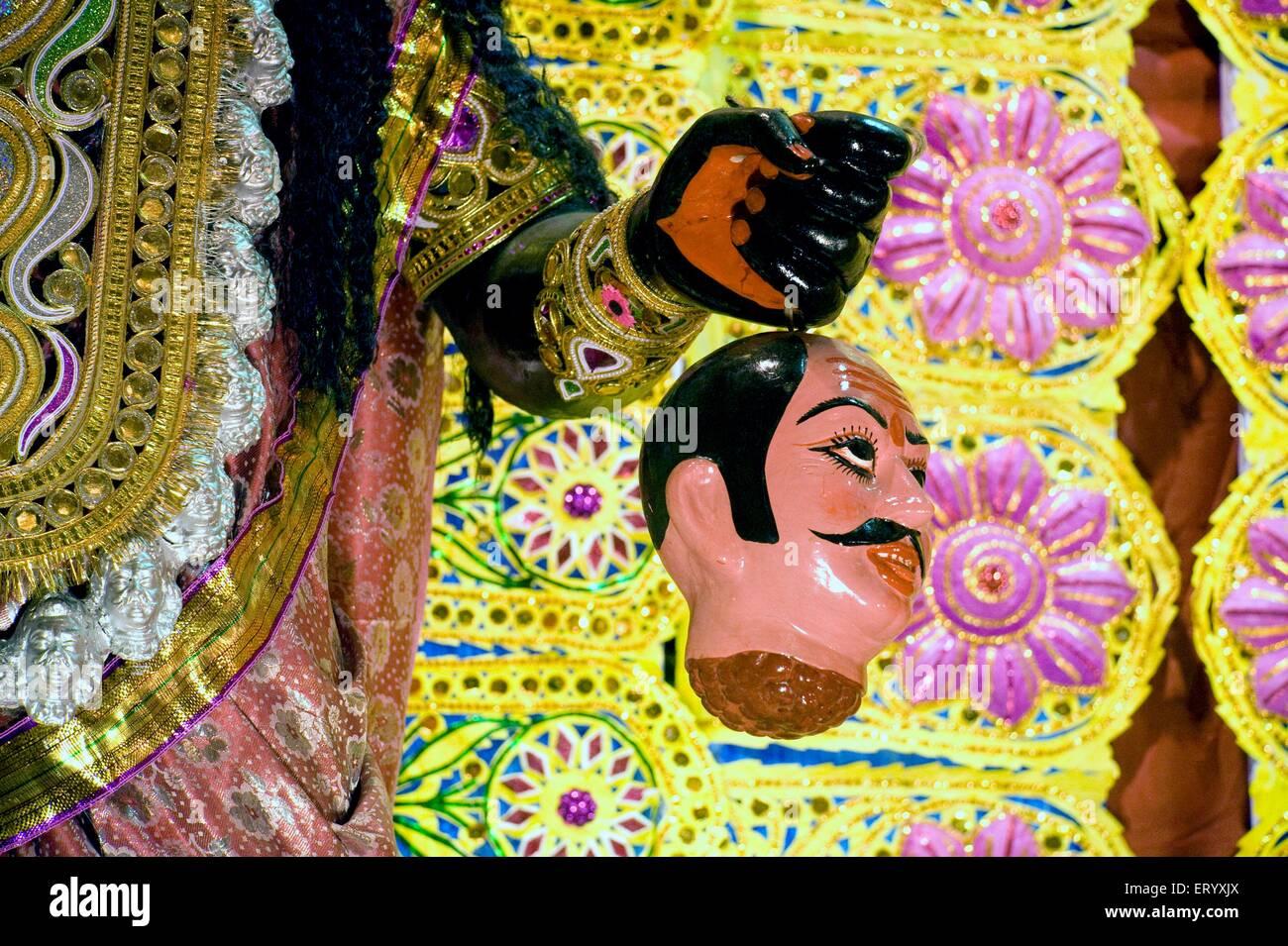 Colgando de la cabeza humana de la mano de la diosa Kali puja Calcuta ; ; ; en Bengala Occidental, India Imagen De Stock