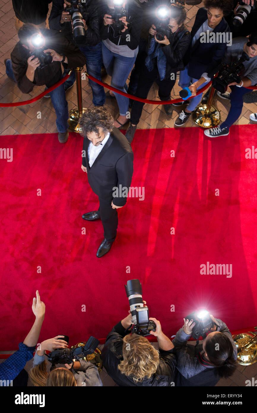 Celebrity fotografiada por paparazzi fotógrafos en evento de alfombra roja Foto de stock