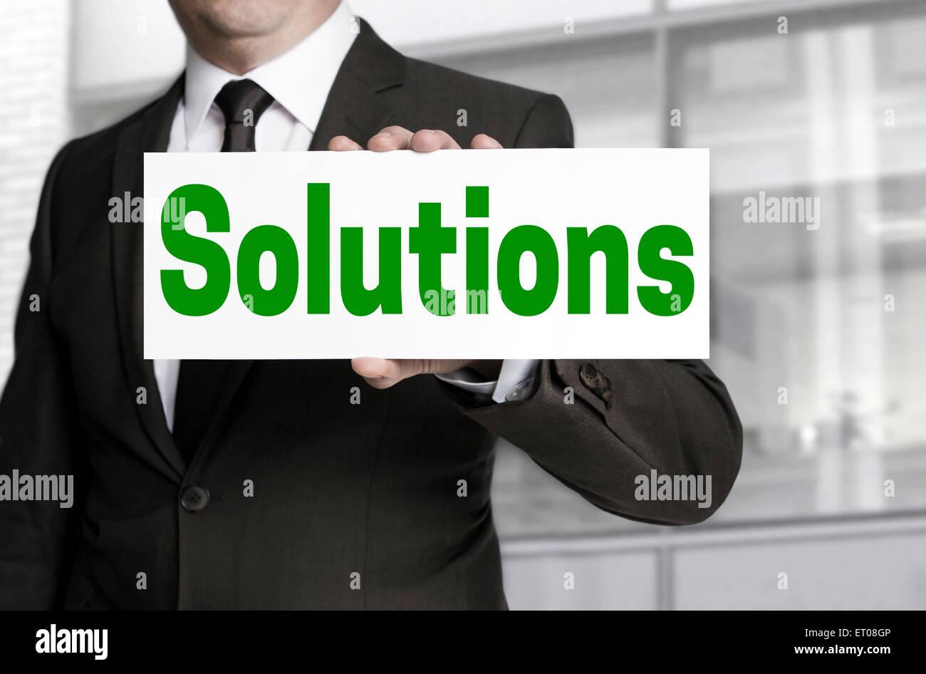 Soluciones signo es celebrada por el empresario. Imagen De Stock