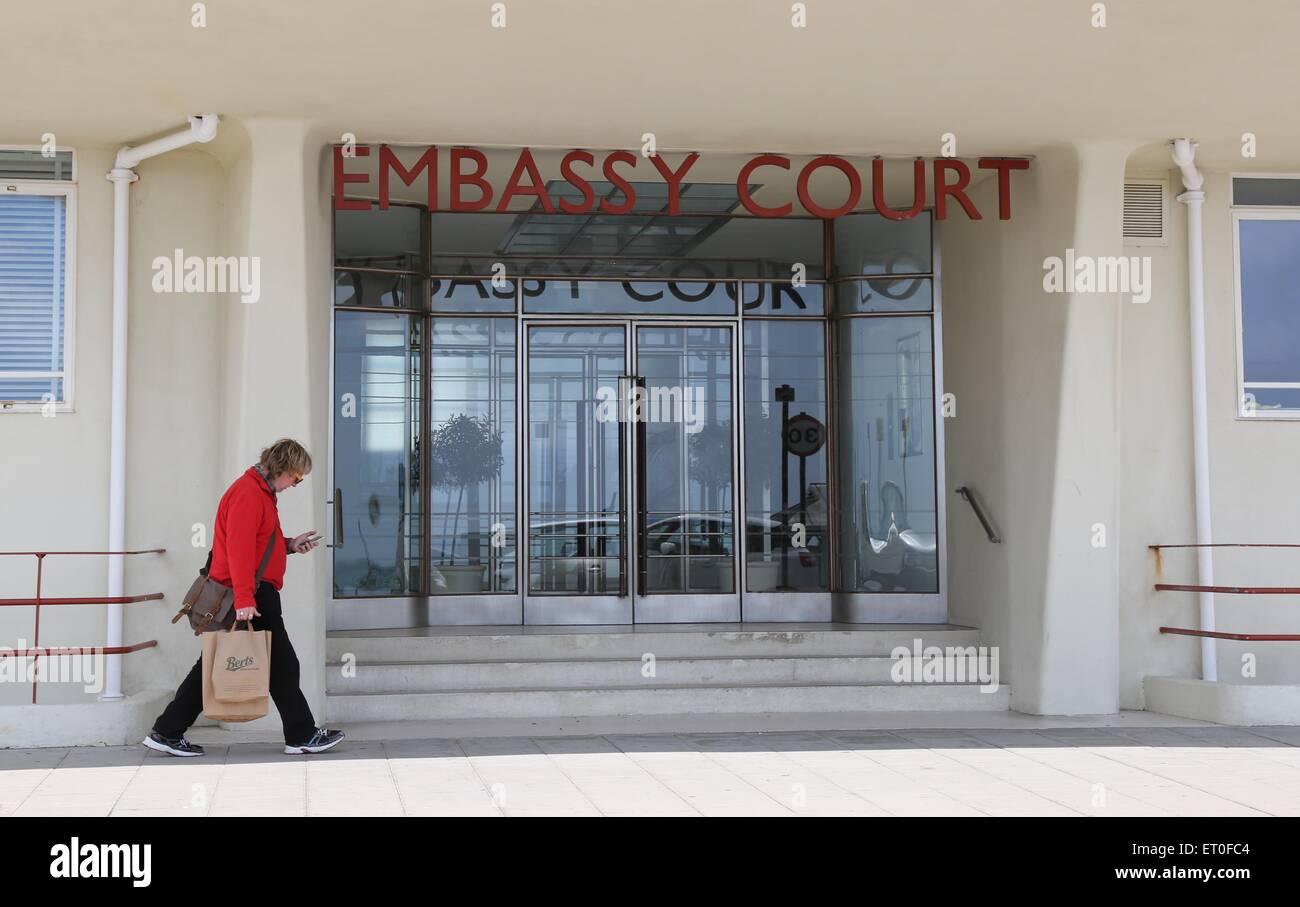 El Art Deco / entrada de corte modernista de la Embajada en Brighton. Fotografía por James Boardman Foto de stock